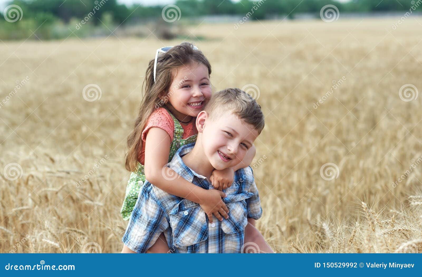 Παιδιά σε έναν περίπατο σε έναν τομέα του σίτου