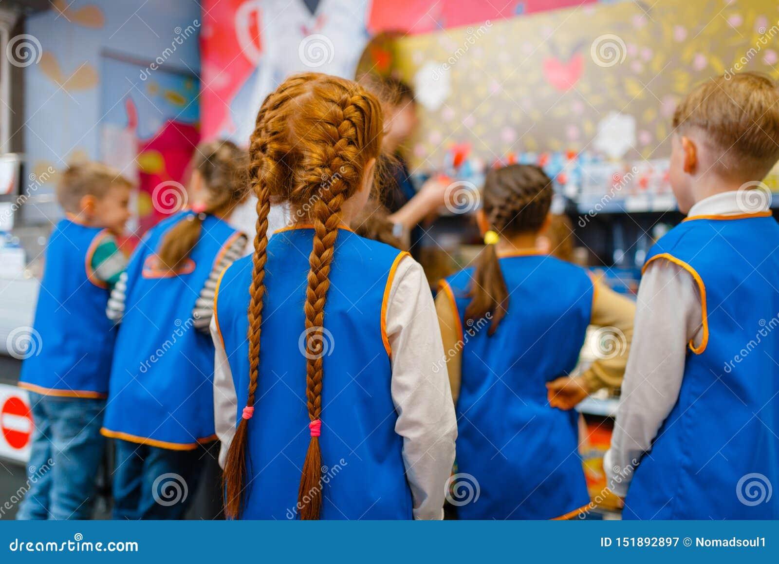 Παιδιά στους ομοιόμορφους παίζοντας πωλητές, χώρος για παιχνίδη