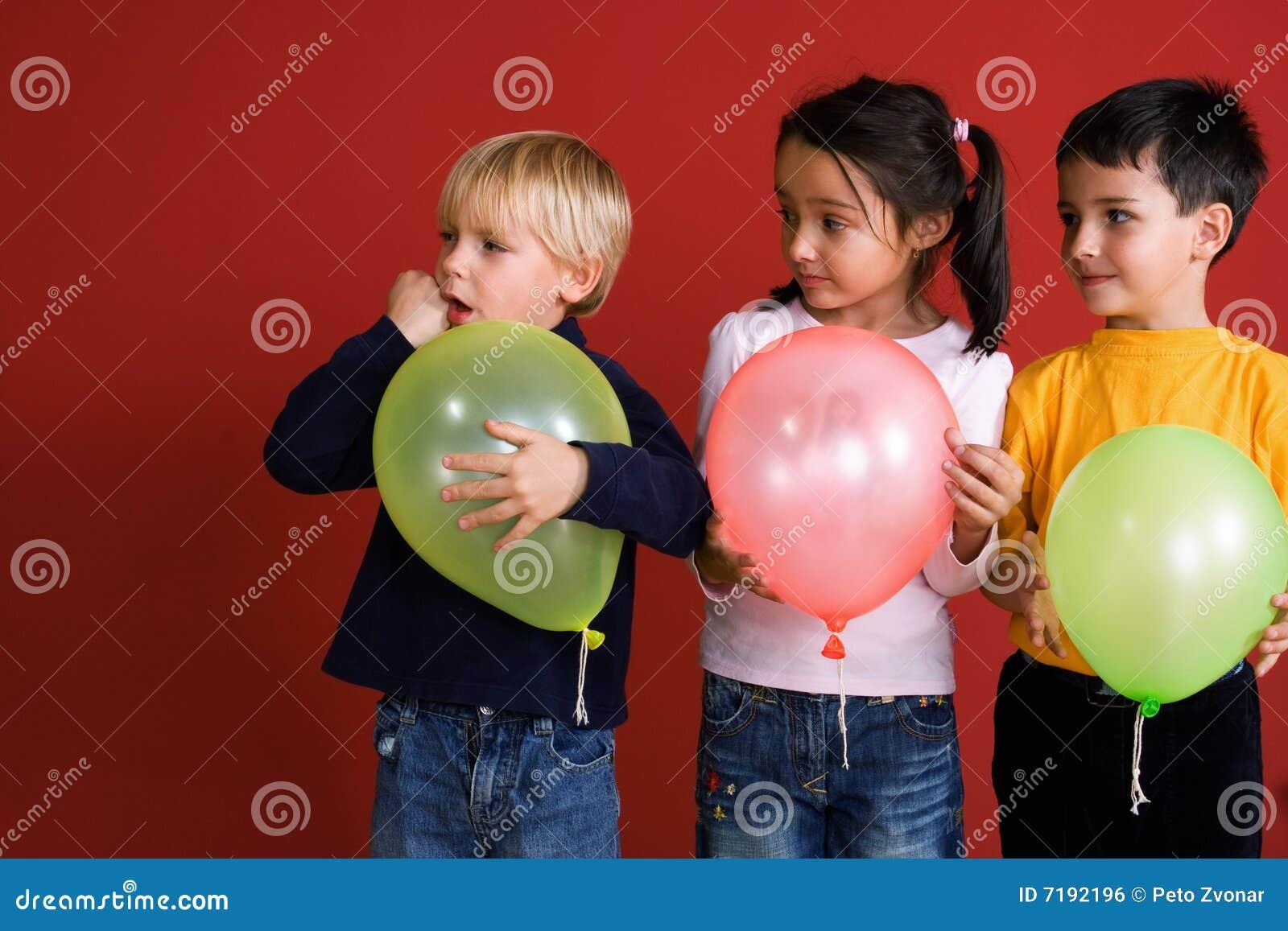 παιδιά τρία μπαλονιών