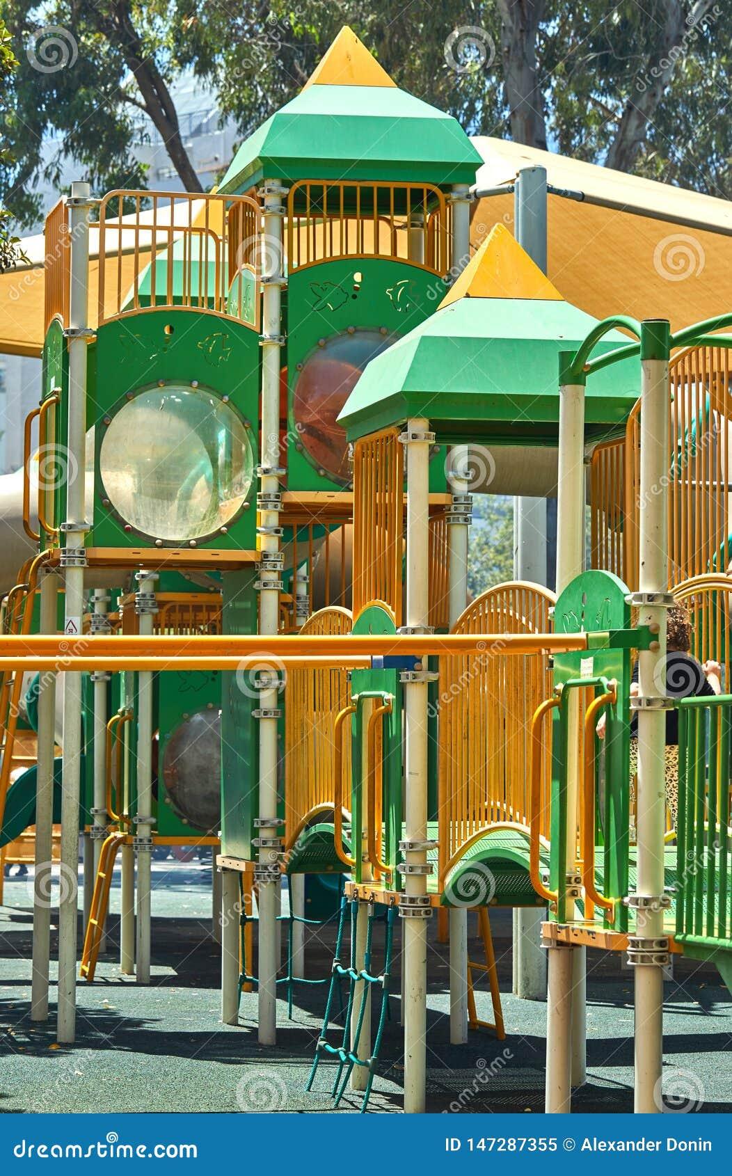 Παιδική χαρά κιτρινοπράσινη, πυροβολισμός μια φωτεινή ηλιόλουστη ημέρα