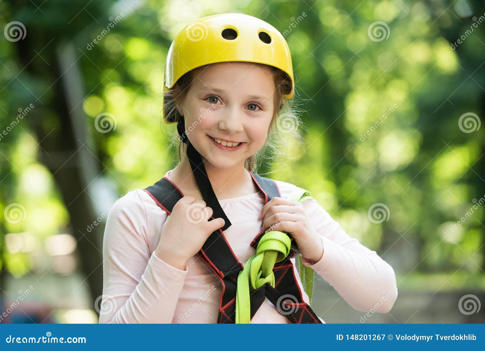 Παιδικός σταθμός μικρών παιδιών Παιχνίδι μικρών κοριτσιών στην παιδική χαρά i Παιδί ορειβατών Πεζοπορώ και έννοια παιδιών