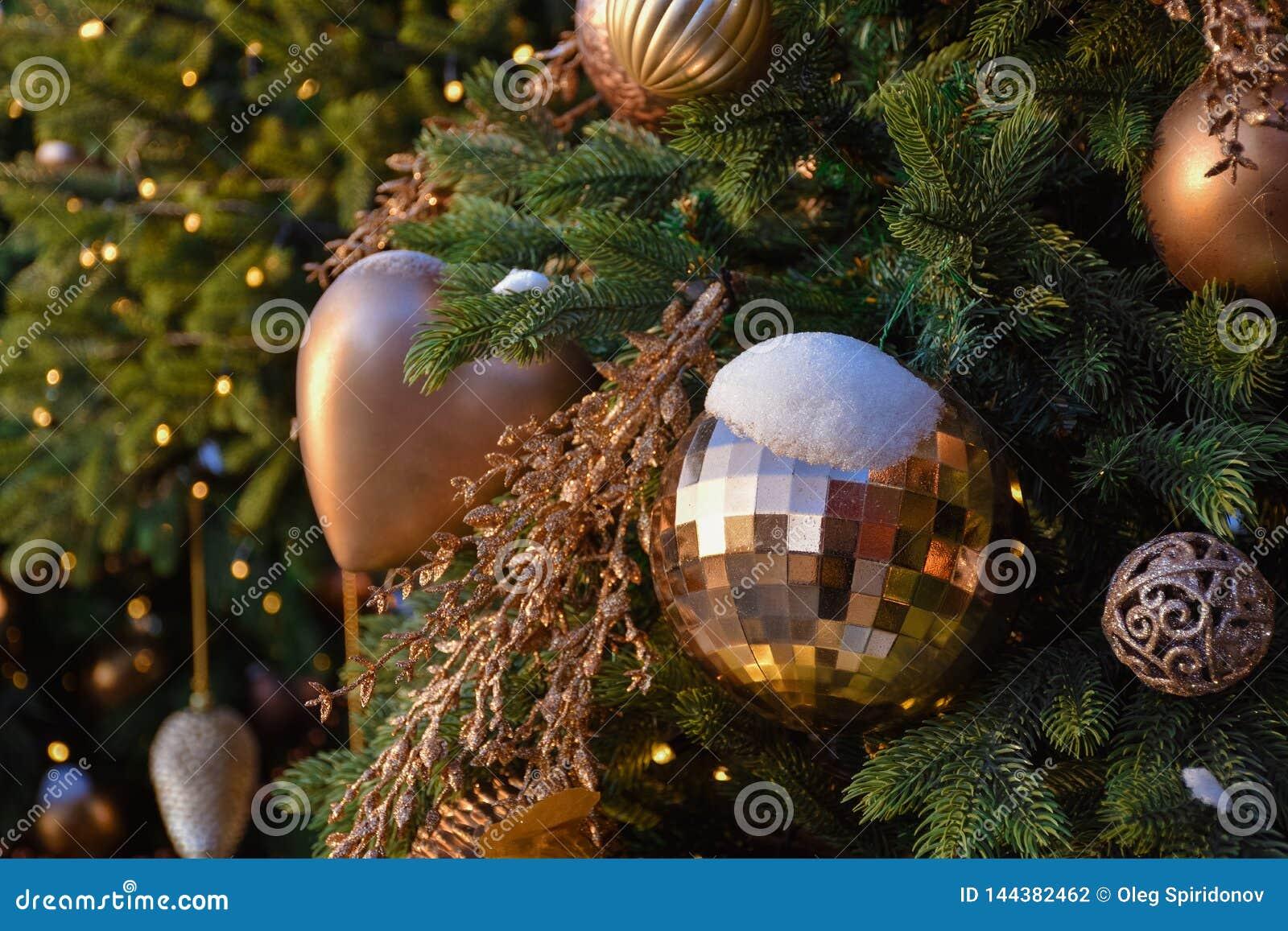 Παιχνίδια σε ένα χριστουγεννιάτικο δέντρο στο χιόνι