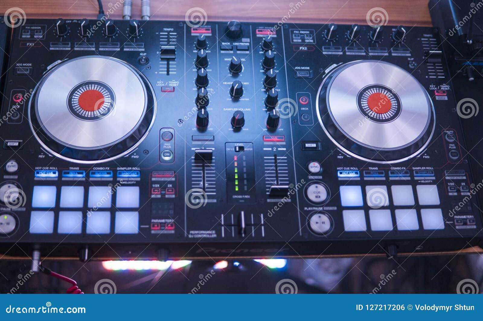 Παιχνίδια του DJ και μουσική μιγμάτων στον ψηφιακό ελεγκτή αναμικτών Ελεγκτής απόδοσης του DJ κινηματογραφήσεων σε πρώτο πλάνο, ψ