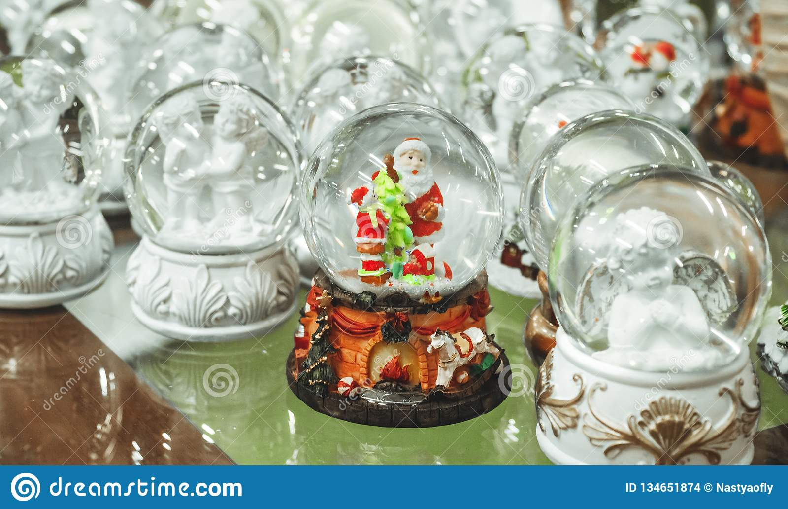 Παιχνίδια Χριστουγέννων γυαλιού, αναμνηστικά - χιονιές στο μετρητή της αγοράς Χριστουγέννων