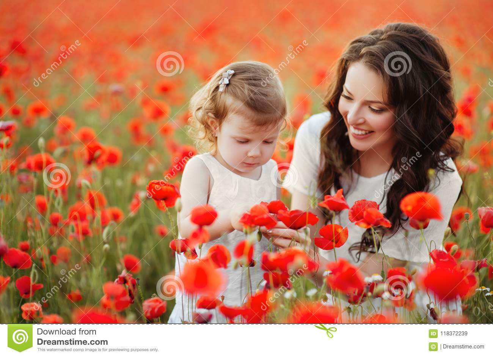 Παιχνίδι μητέρων και κορών στον τομέα λουλουδιών