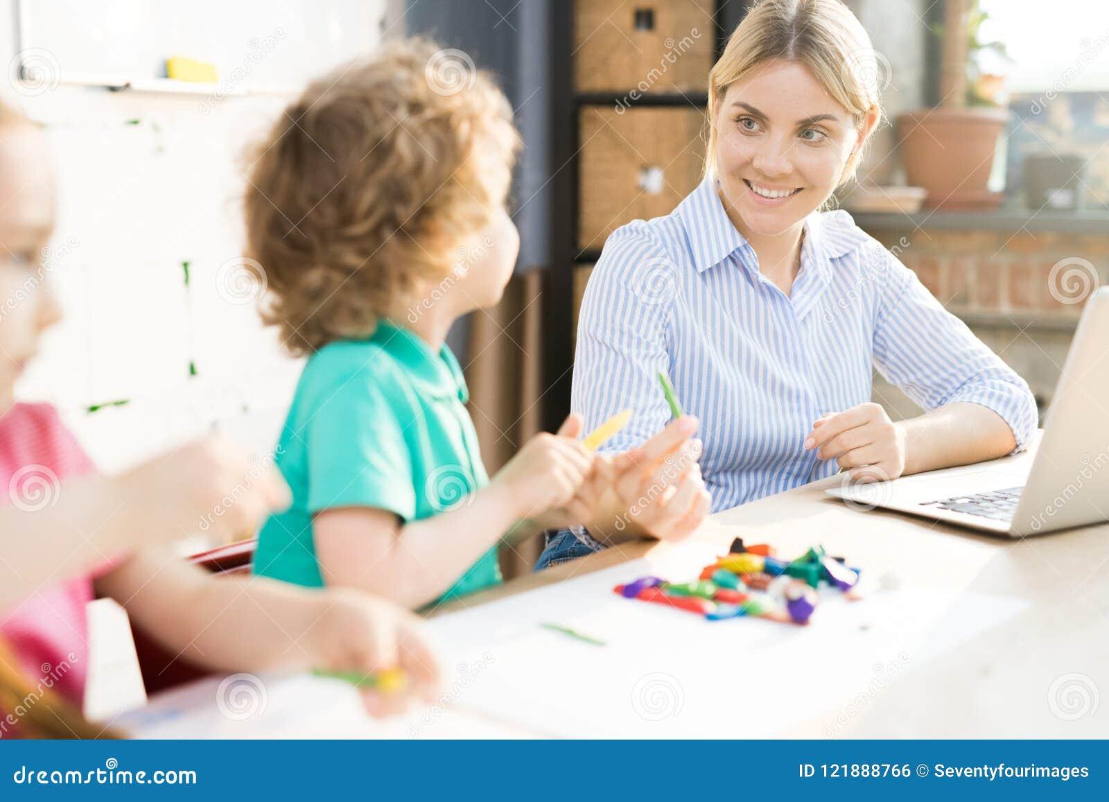 Παιχνίδι μητέρων με τα παιδιά