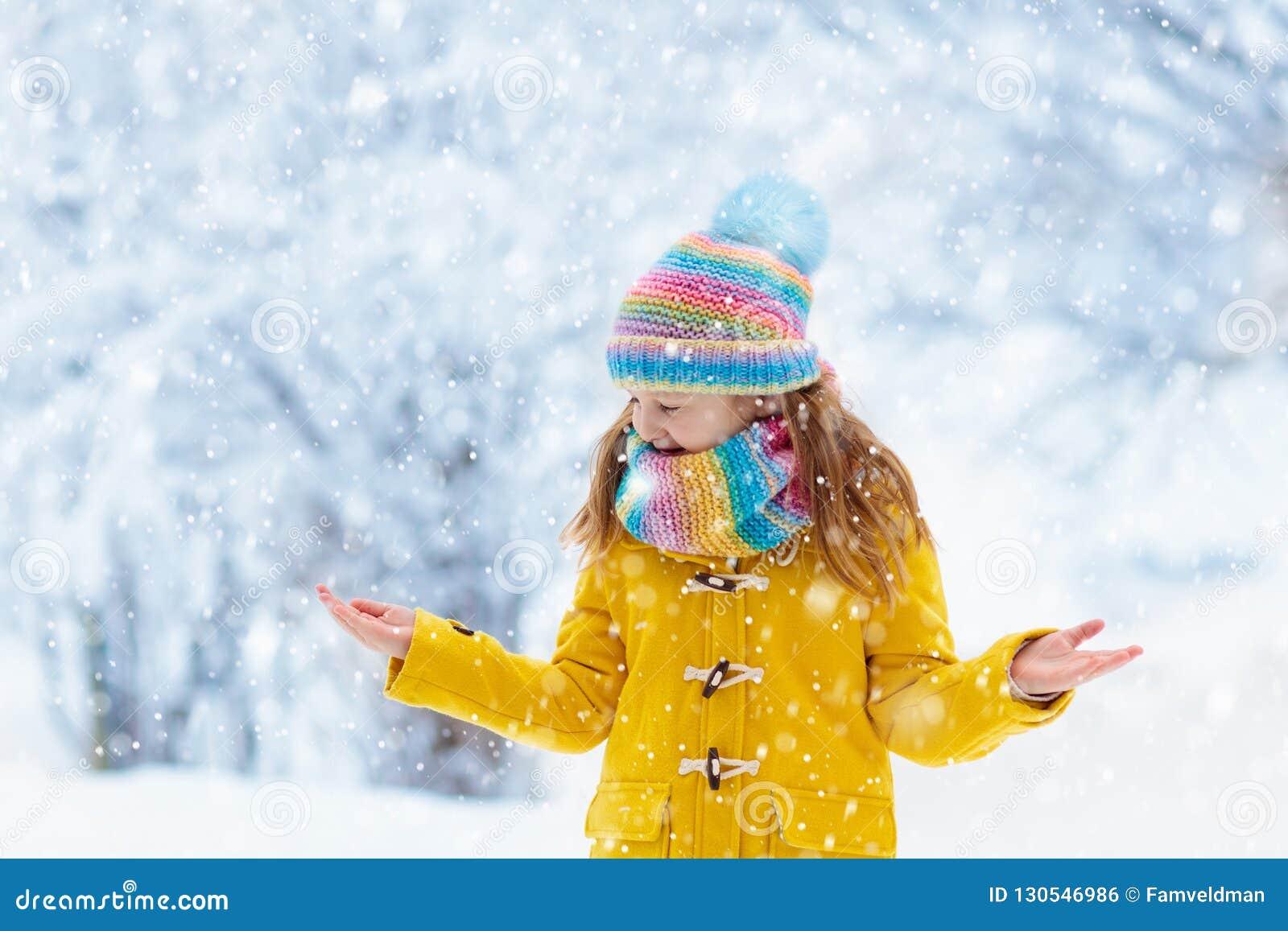 Παιχνίδι παιδιών στο χιόνι στα Χριστούγεννα Κατσίκια το χειμώνα