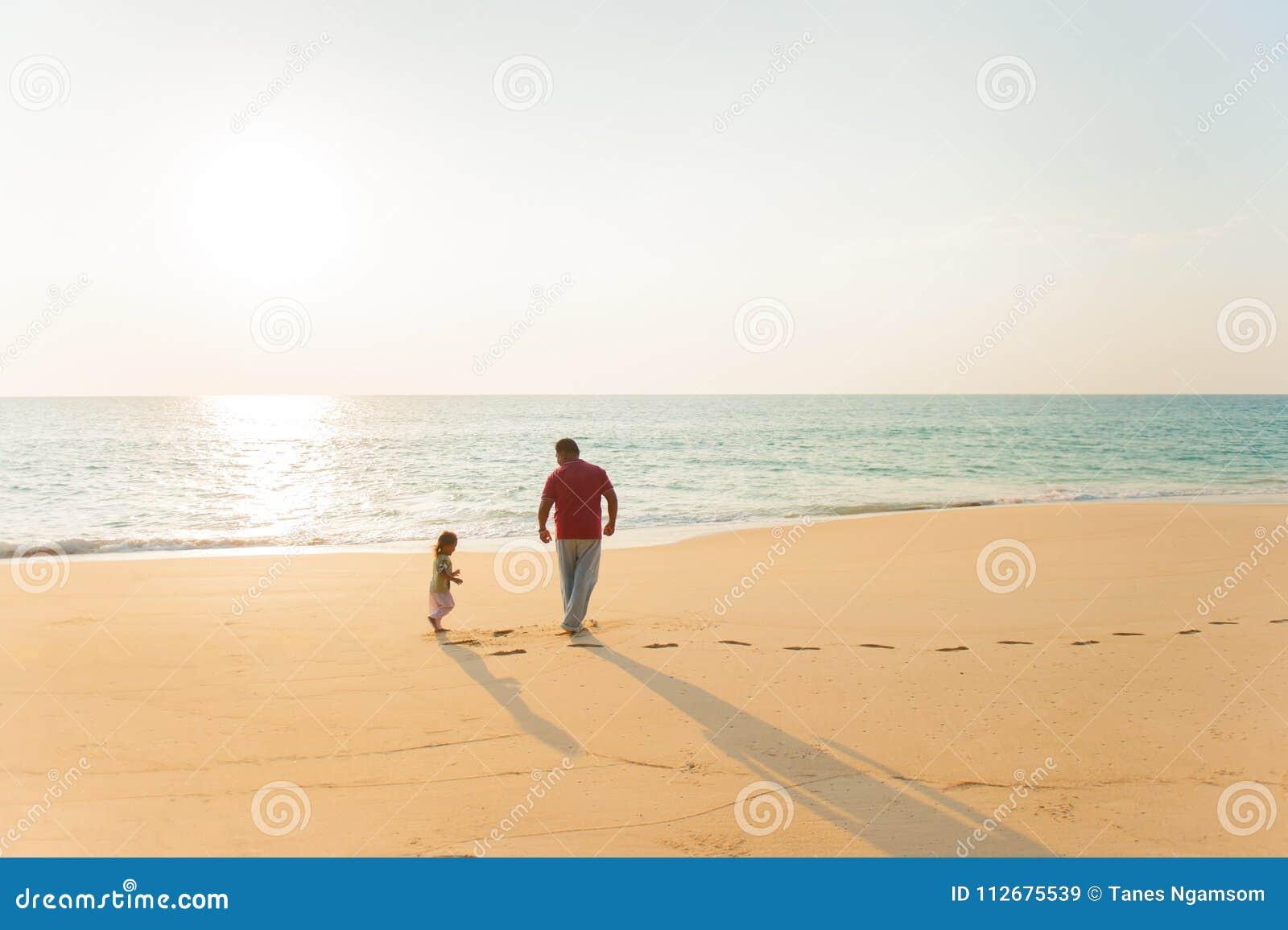 Παιχνίδι πατέρων και κορών μαζί στην παραλία