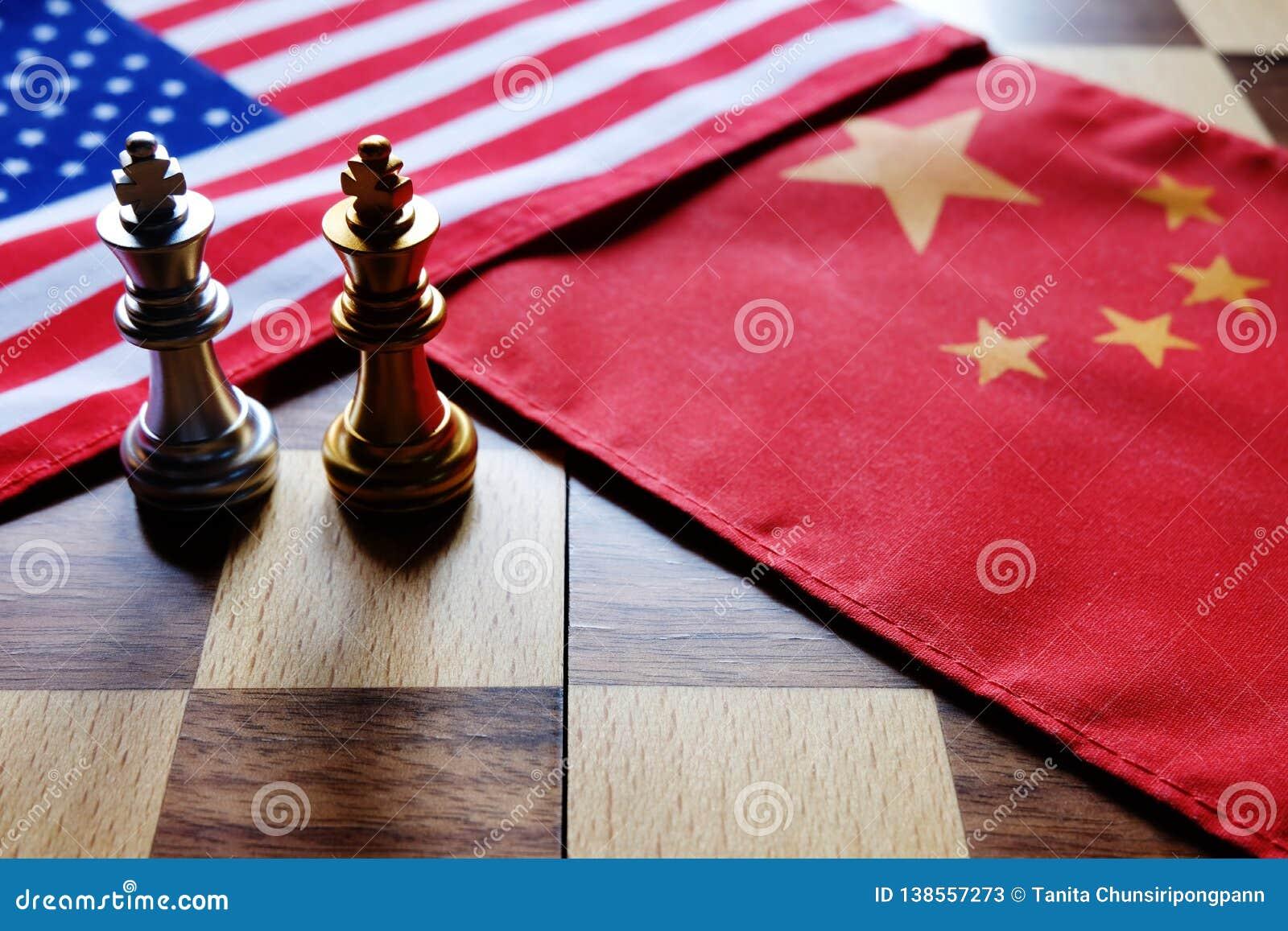 Παιχνίδι σκακιού Δύο βασιλιάδες πρόσωπο με πρόσωπο στις κινεζικές και αμερικανικές εθνικές σημαίες Εμπορικός πόλεμος και σύγκρουσ