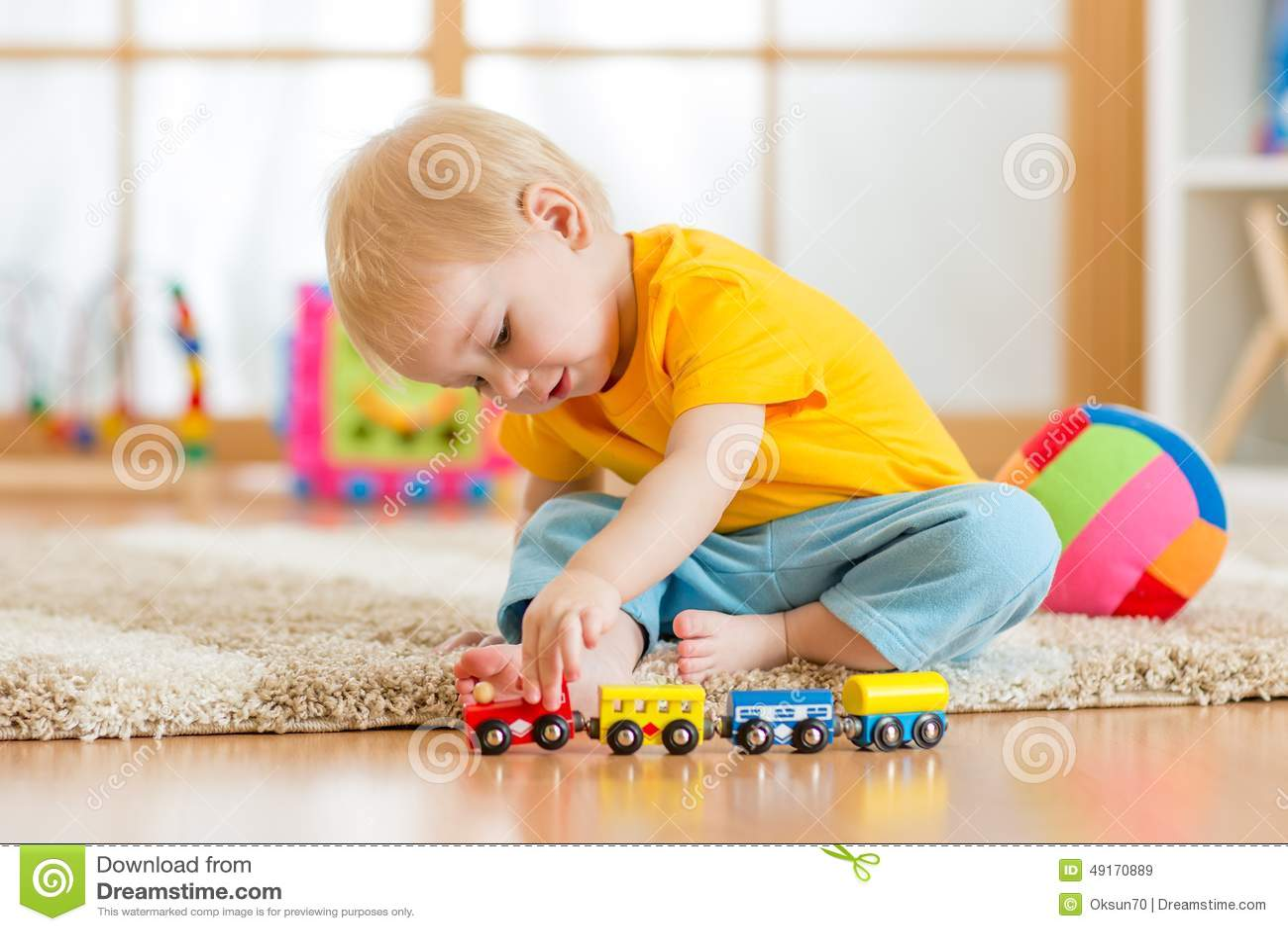 edfa95514abd Παιχνίδι αγοριών παιδιών με τα παιχνίδια εσωτερικά Στοκ Εικόνα ...