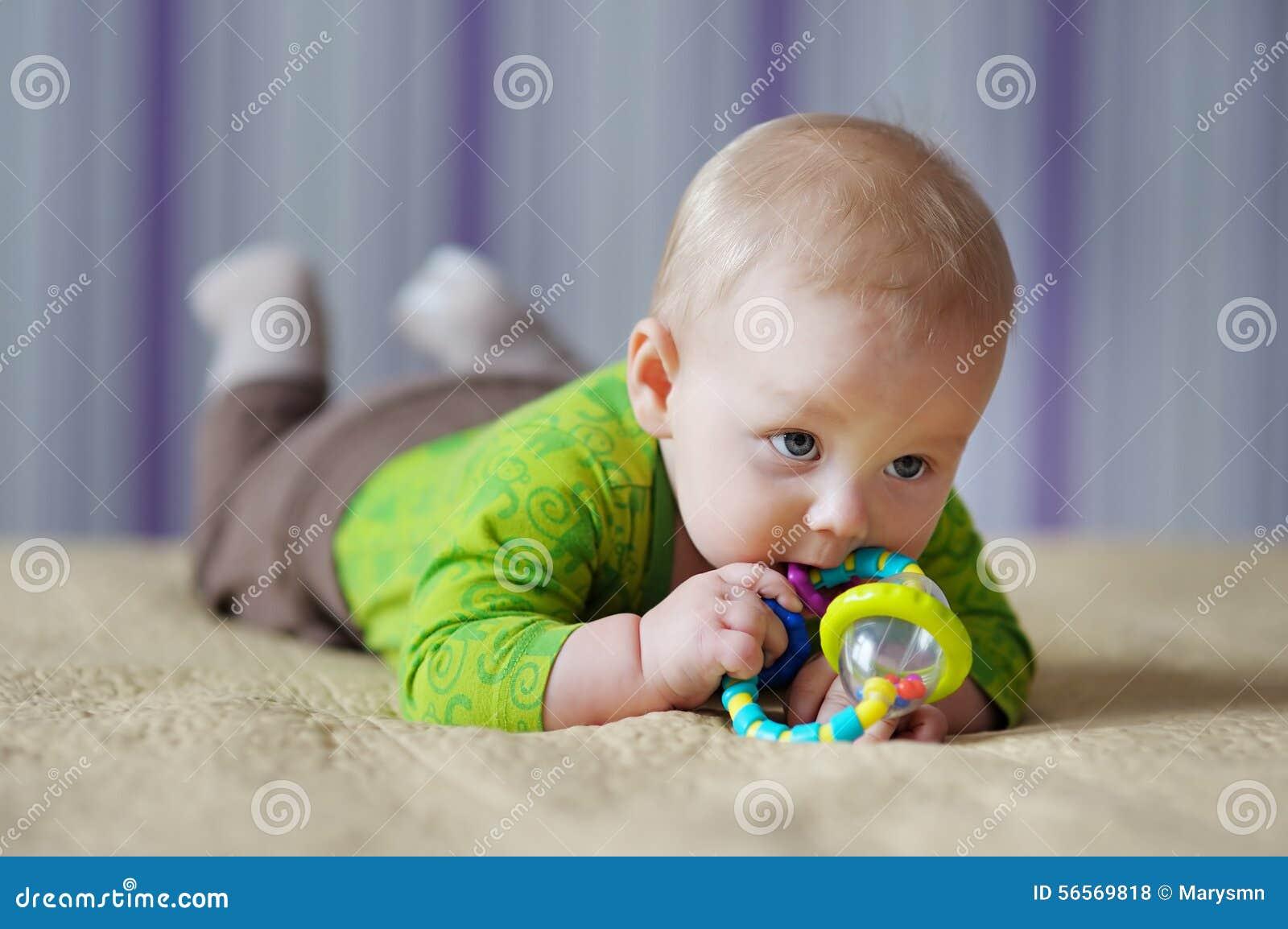 Download Παιχνίδι μωρών με το παιχνίδι Στοκ Εικόνες - εικόνα από απόλαυση, συγκέντρωση: 56569818