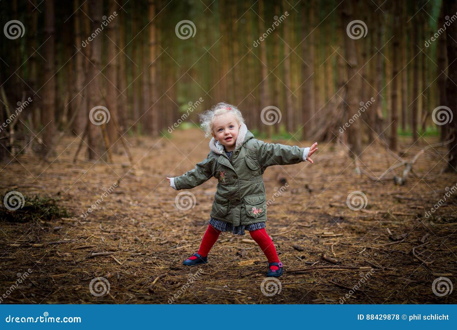 Παιχνίδι νέων κοριτσιών το φθινόπωρο/την πτώση ξύλων