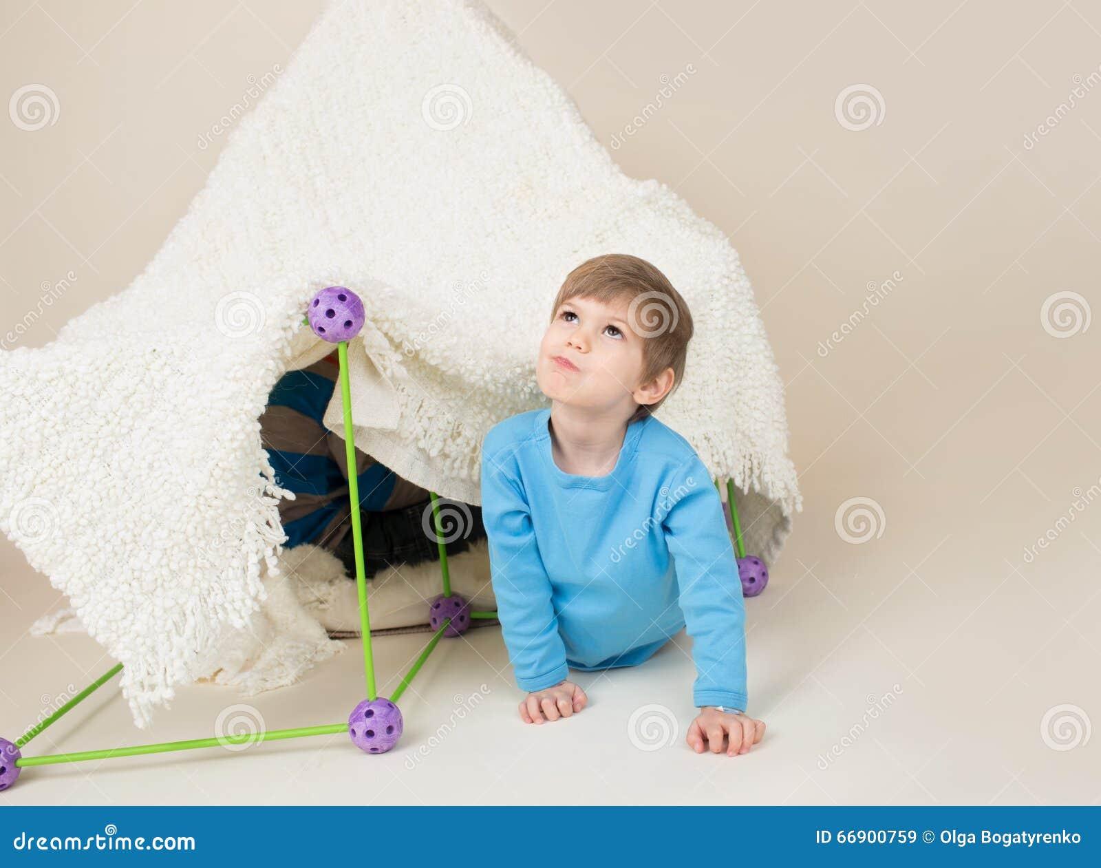 Παιχνίδι παιδιών με τη σκηνή, οχυρό