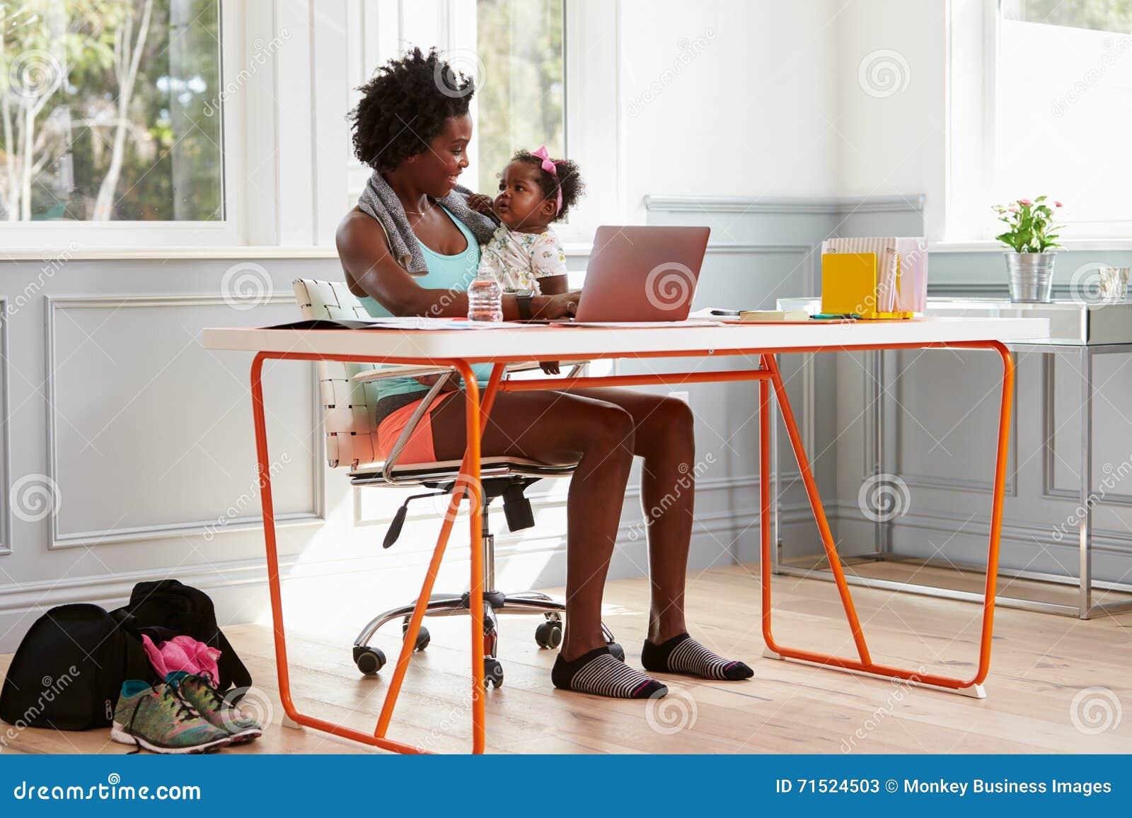 Παιδί εκμετάλλευσης γυναικών που χρησιμοποιεί τον υπολογιστή στο σπίτι μετά από να ασκήσει