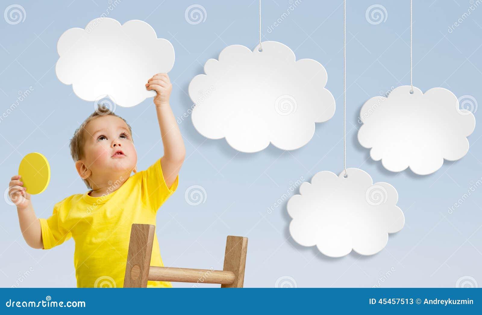 Παιδί με τη σκάλα που συνδέει τα σύννεφα με την έννοια ουρανού