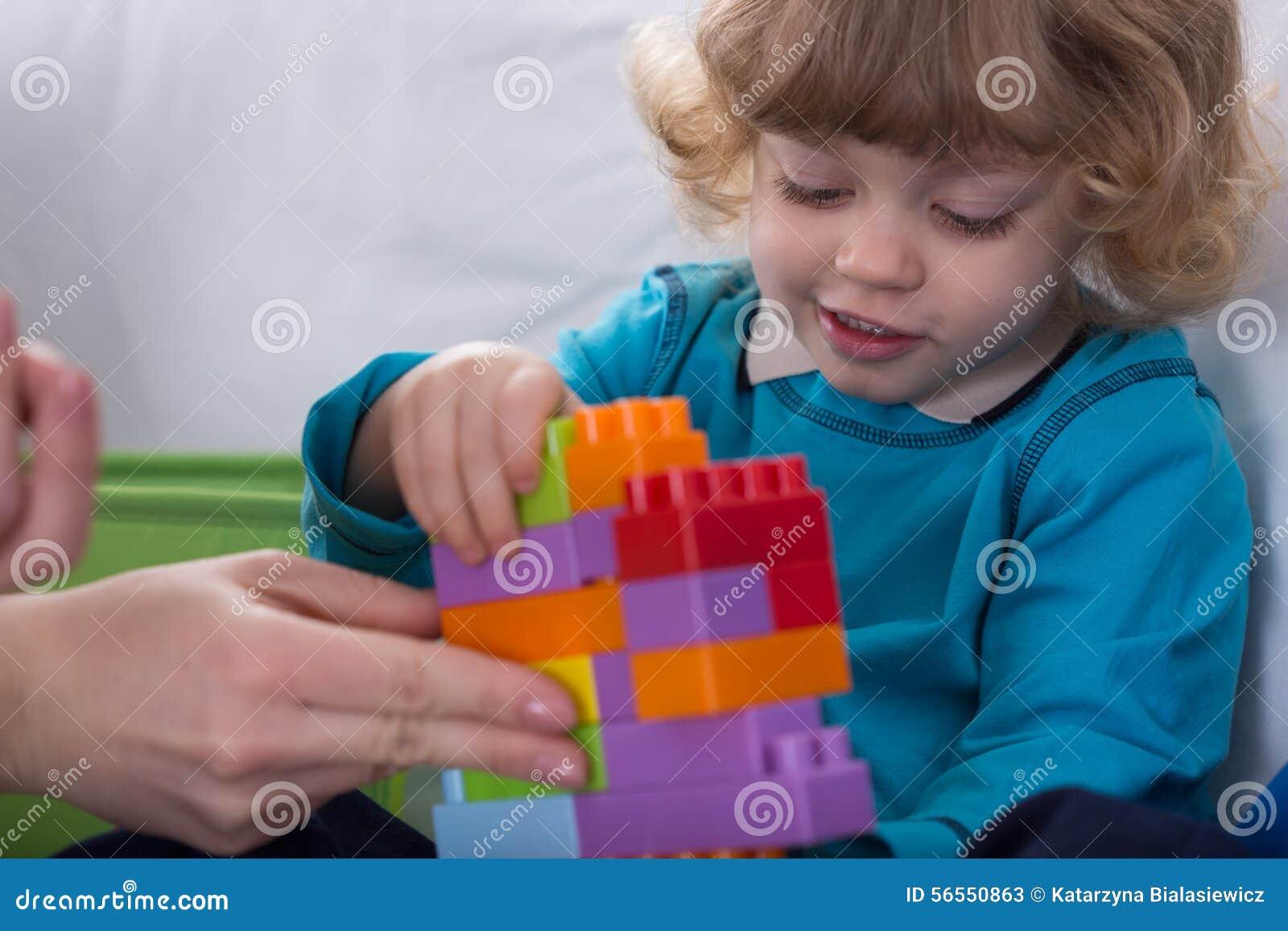 Download Παιδί που έχει τη διασκέδαση Στοκ Εικόνα - εικόνα από παιχνίδι, χρώμα: 56550863
