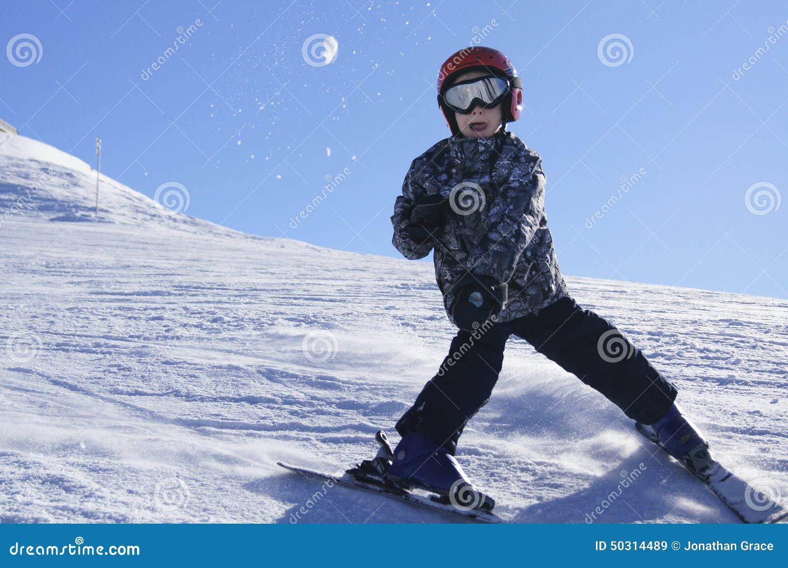 Παιδί που κάνει σκι και που ρίχνει τη χιονιά
