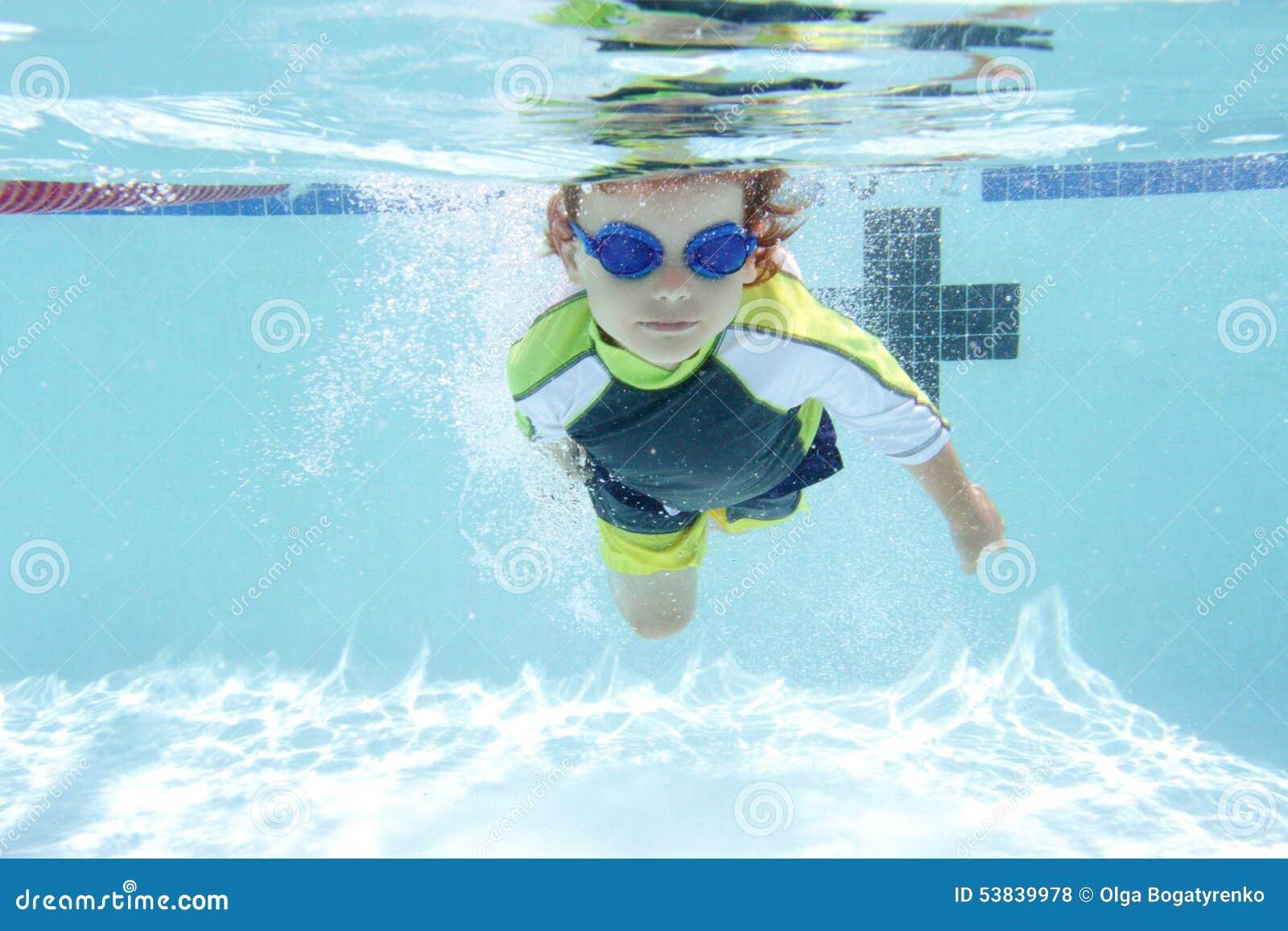 Παιδί που κολυμπά στη λίμνη υποβρύχια