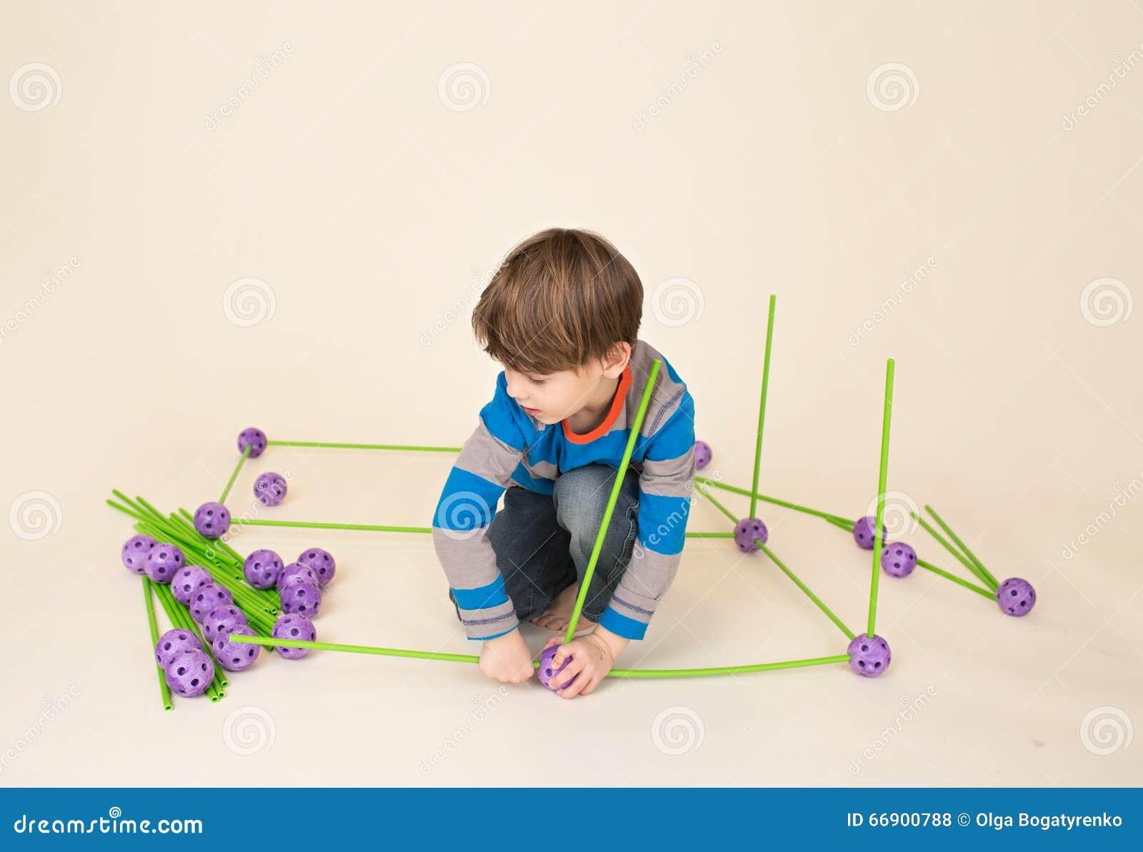 Παιδί που παίζει και που χτίζει ένα οχυρό