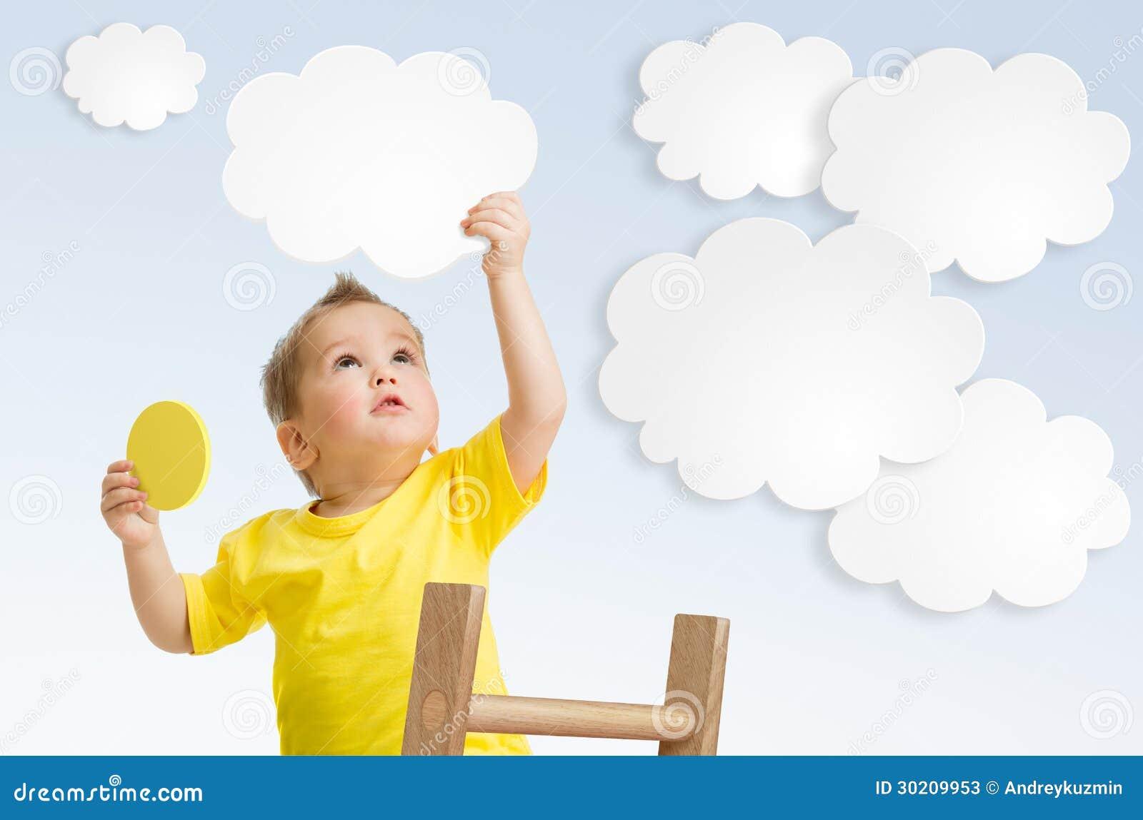 Παιδί που συνδέει το σύννεφο με τον ουρανό που χρησιμοποιεί την έννοια σκαλών