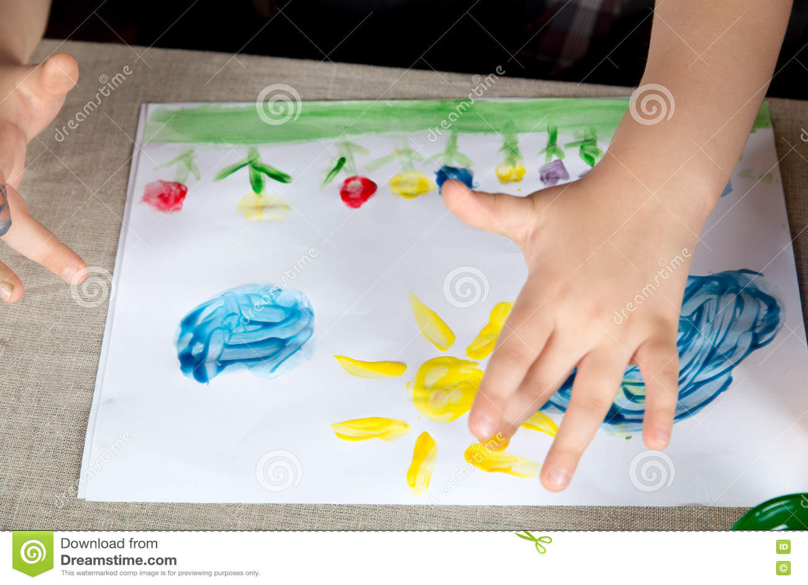 Παιδί που το χρώμα με τα δάχτυλά σας