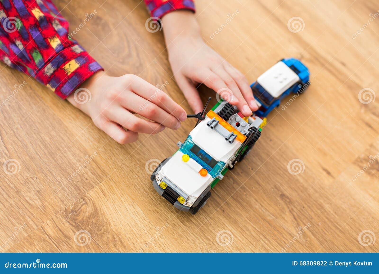 Παιδί που χρησιμοποιεί το μικρό γαλλικό κλειδί παιχνιδιών
