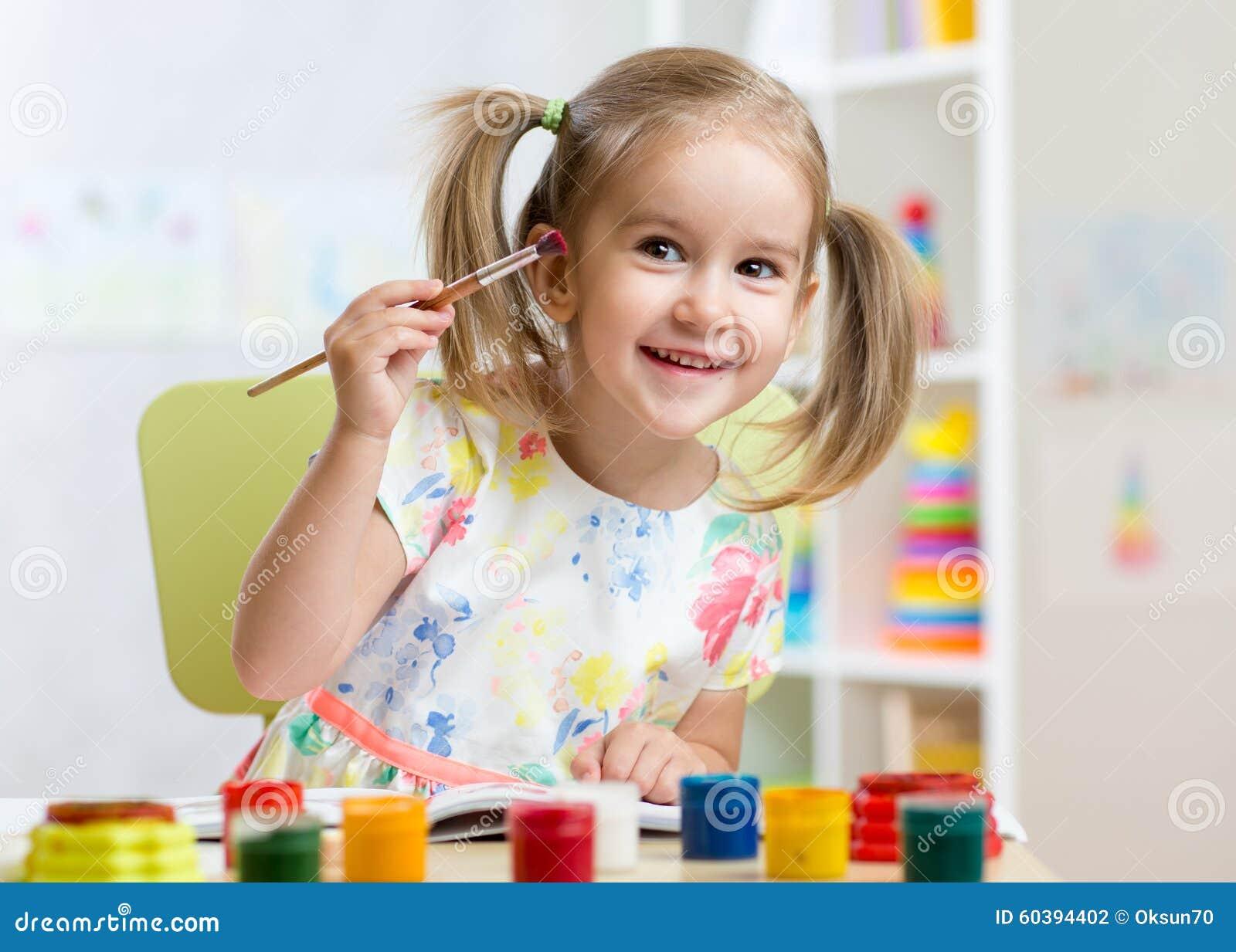 Παιδί που χρωματίζει στο σπίτι