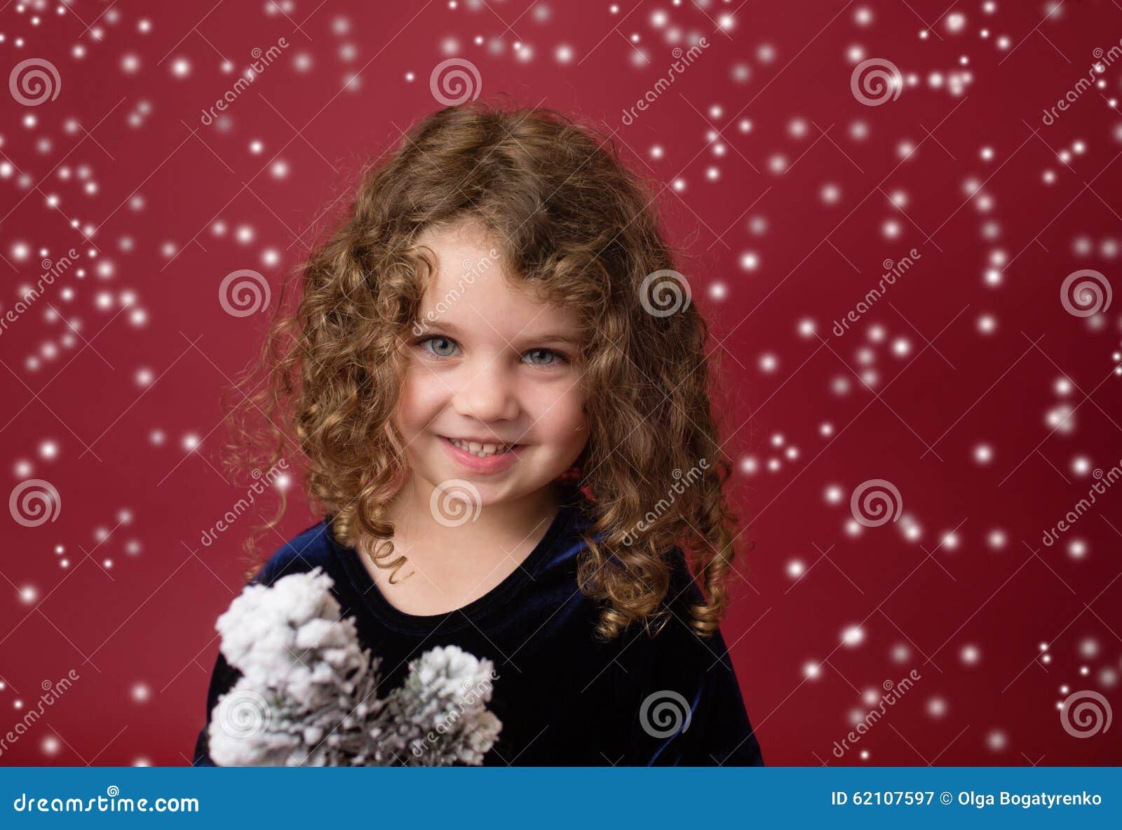Παιδί Χριστουγέννων: Ευτυχές κορίτσι στο κόκκινο υπόβαθρο