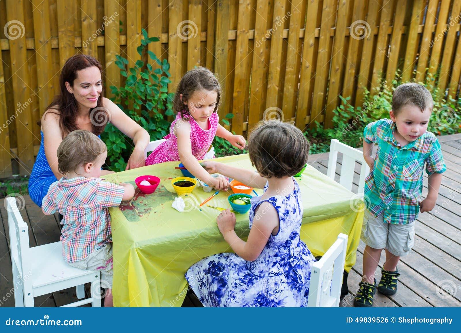 Παιδιά έξω από τη βαφή των αυγών Πάσχας