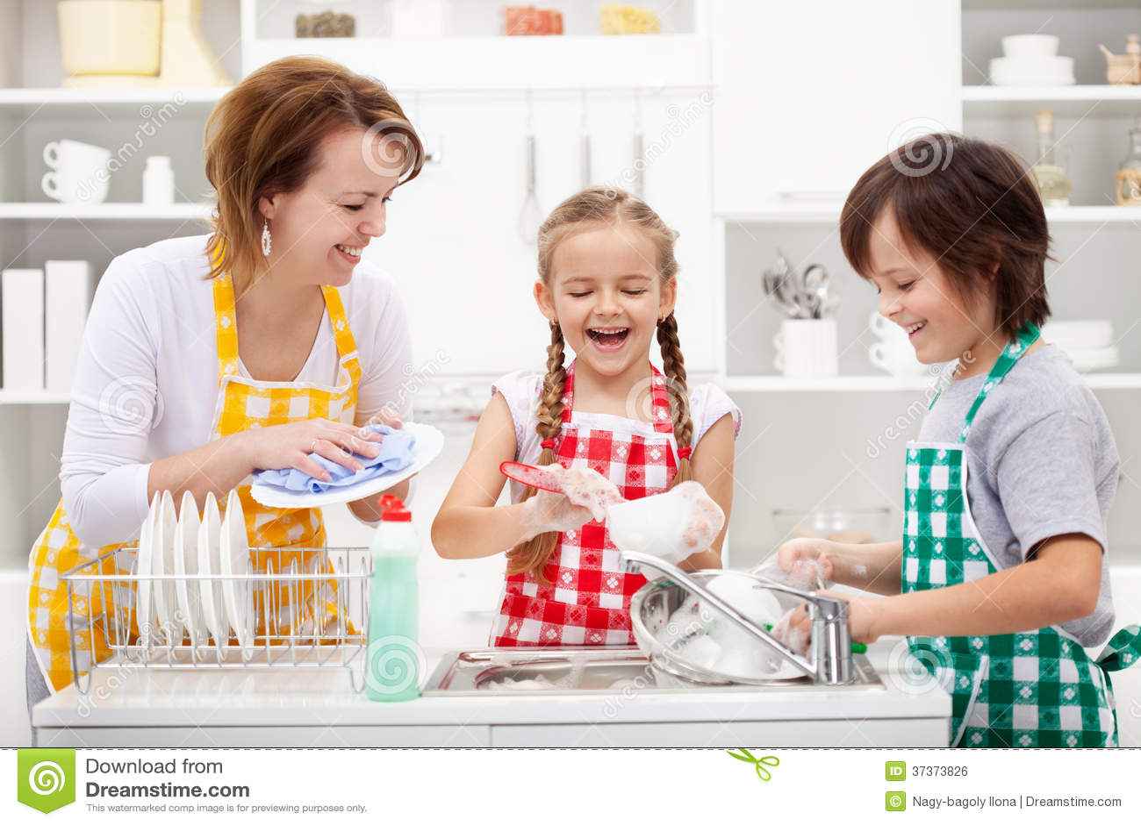Παιδιά και μητέρα που πλένουν τα πιάτα