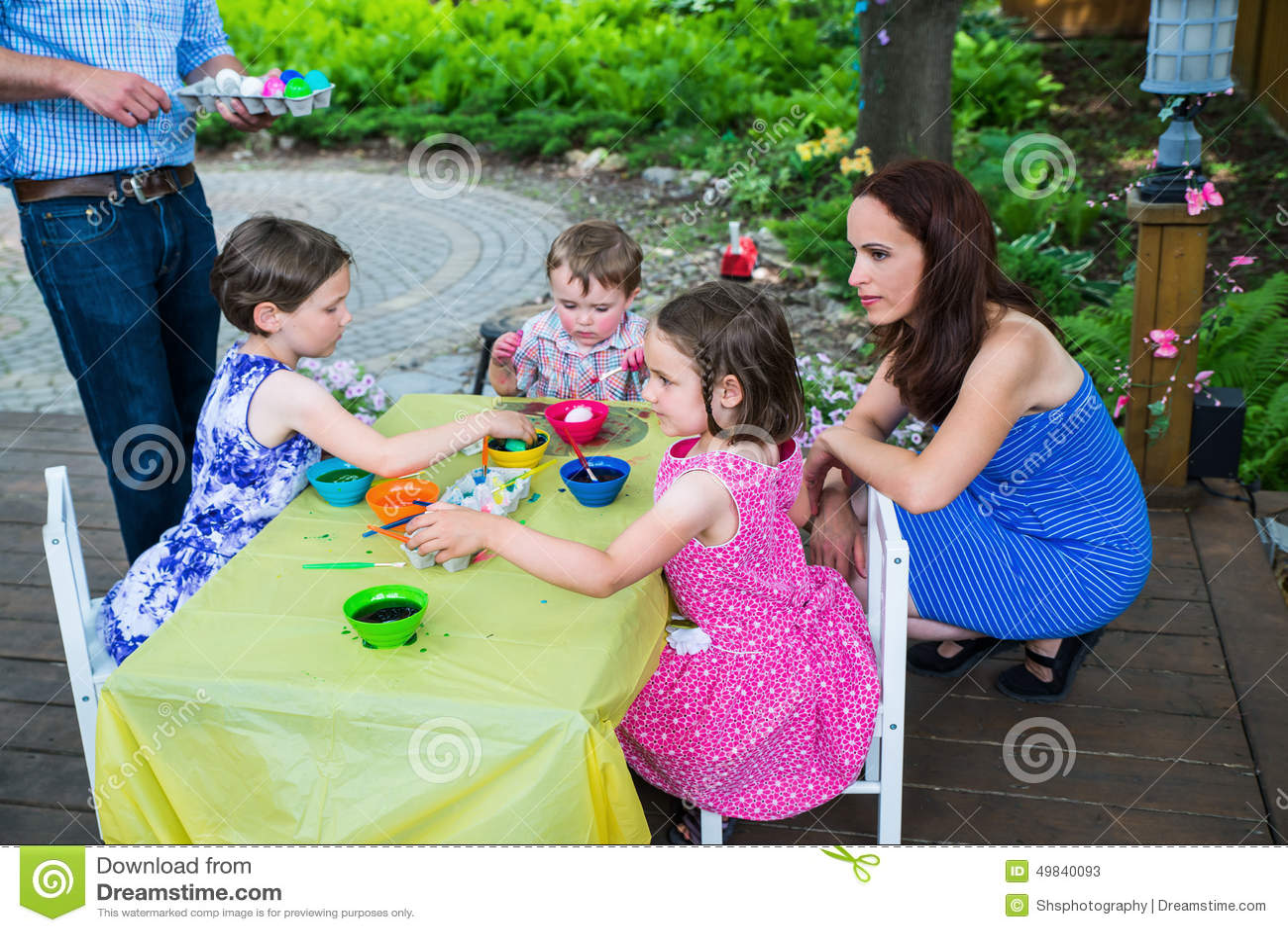 Παιδιά που βάφουν τα αυγά Πάσχας τους έξω