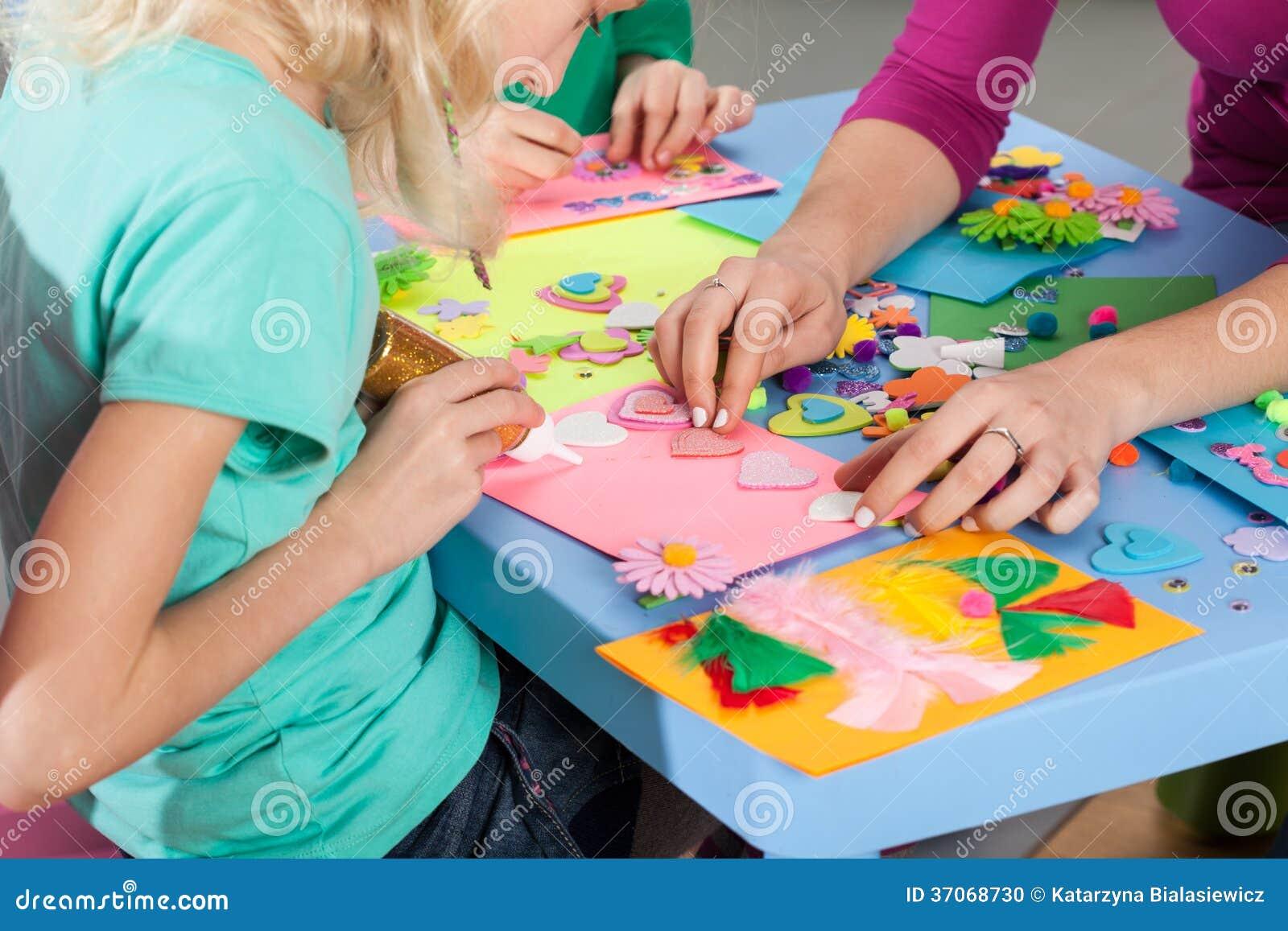 Παιδιά που κάνουν τις διακοσμήσεις σε χαρτί