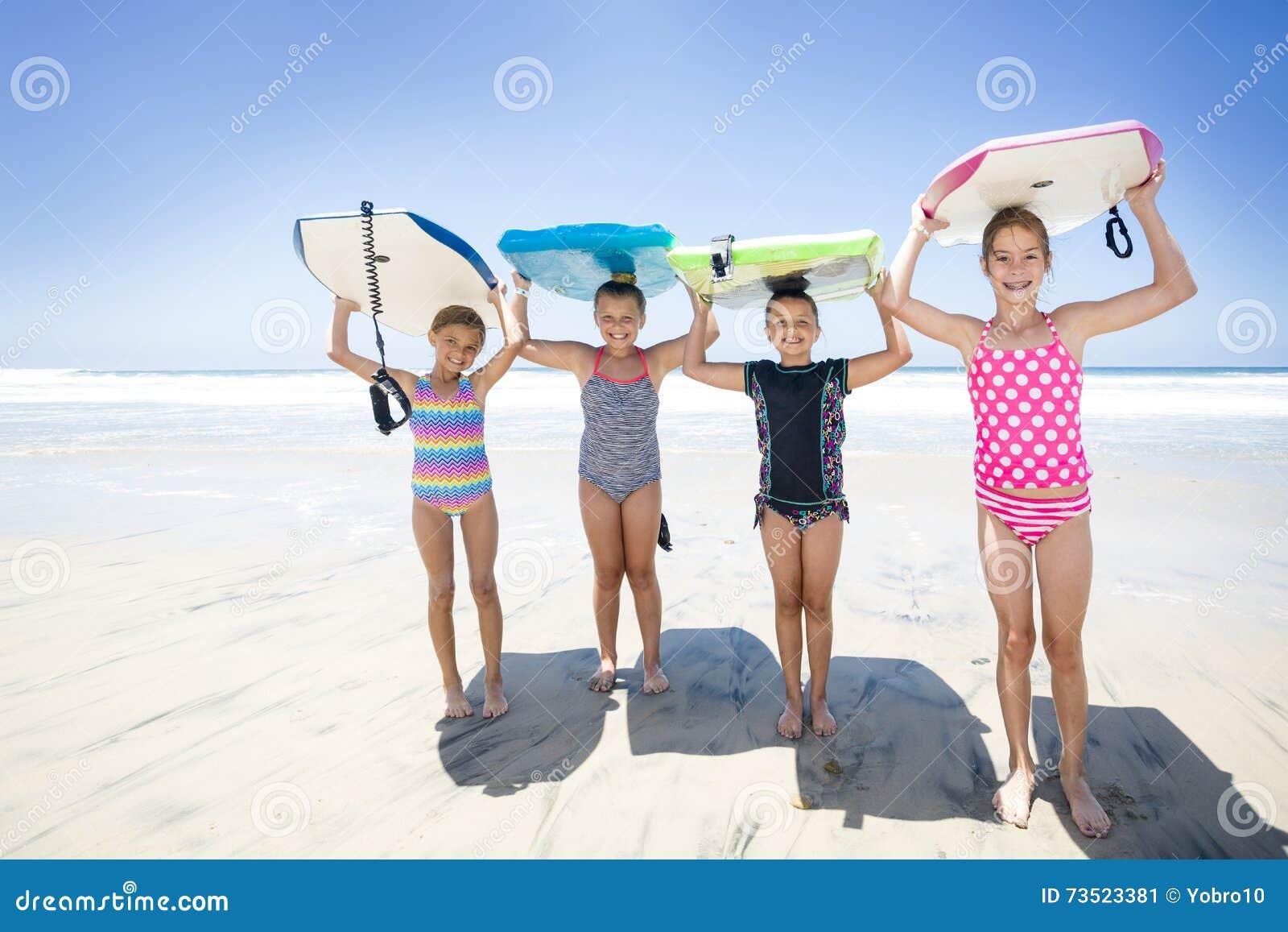 Παιδιά που παίζουν στην παραλία μαζί ενώ στις διακοπές