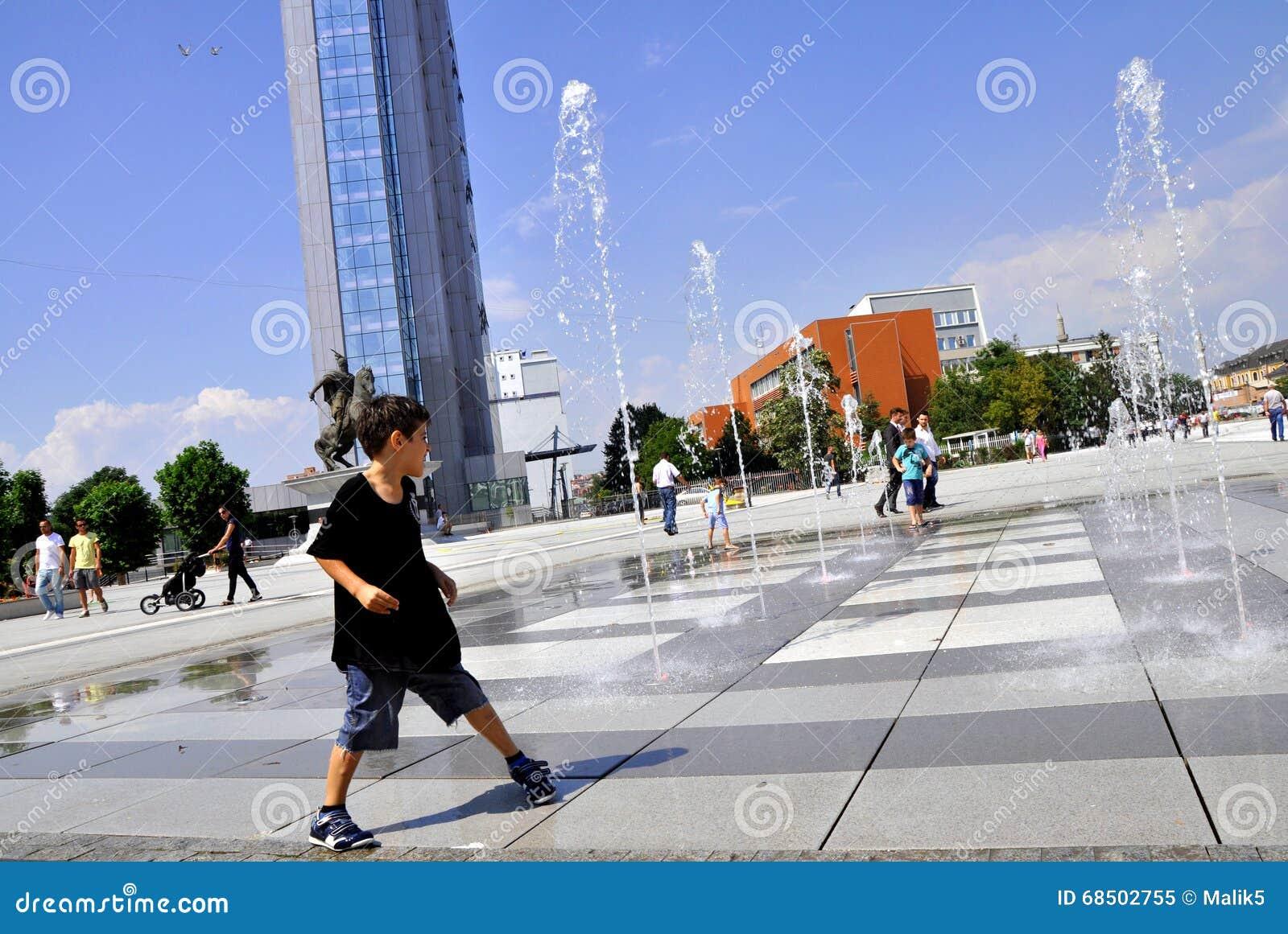 Παιδιά που παίζουν στη μητέρα της Τερέζα τη Square πηγή - Pristina, Κόσοβο