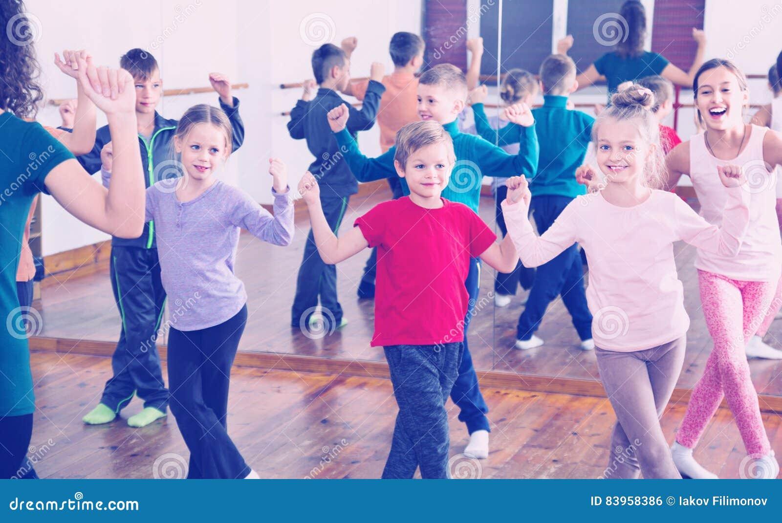 Παιδιά που χορεύουν contemp στο στούντιο που χαμογελά και που έχει τη διασκέδαση
