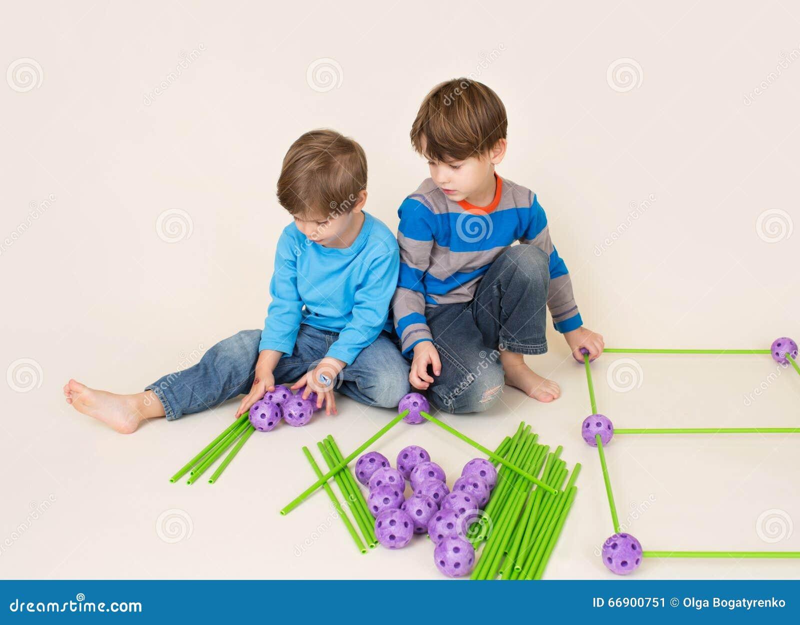 Παιδιά που χτίζουν ένα οχυρό και μια διανομή