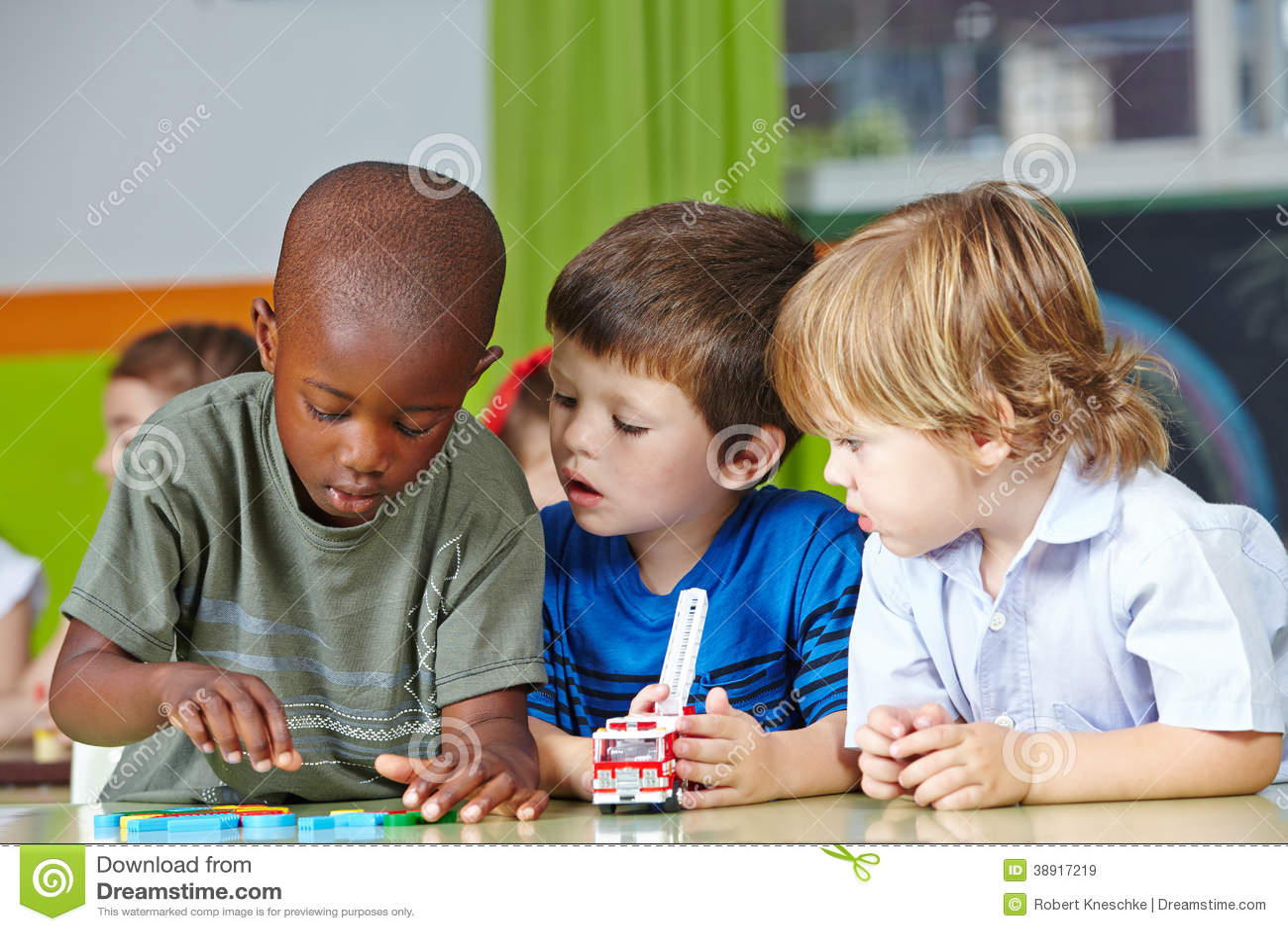 Παιδιά στο παιχνίδι παιδικών σταθμών