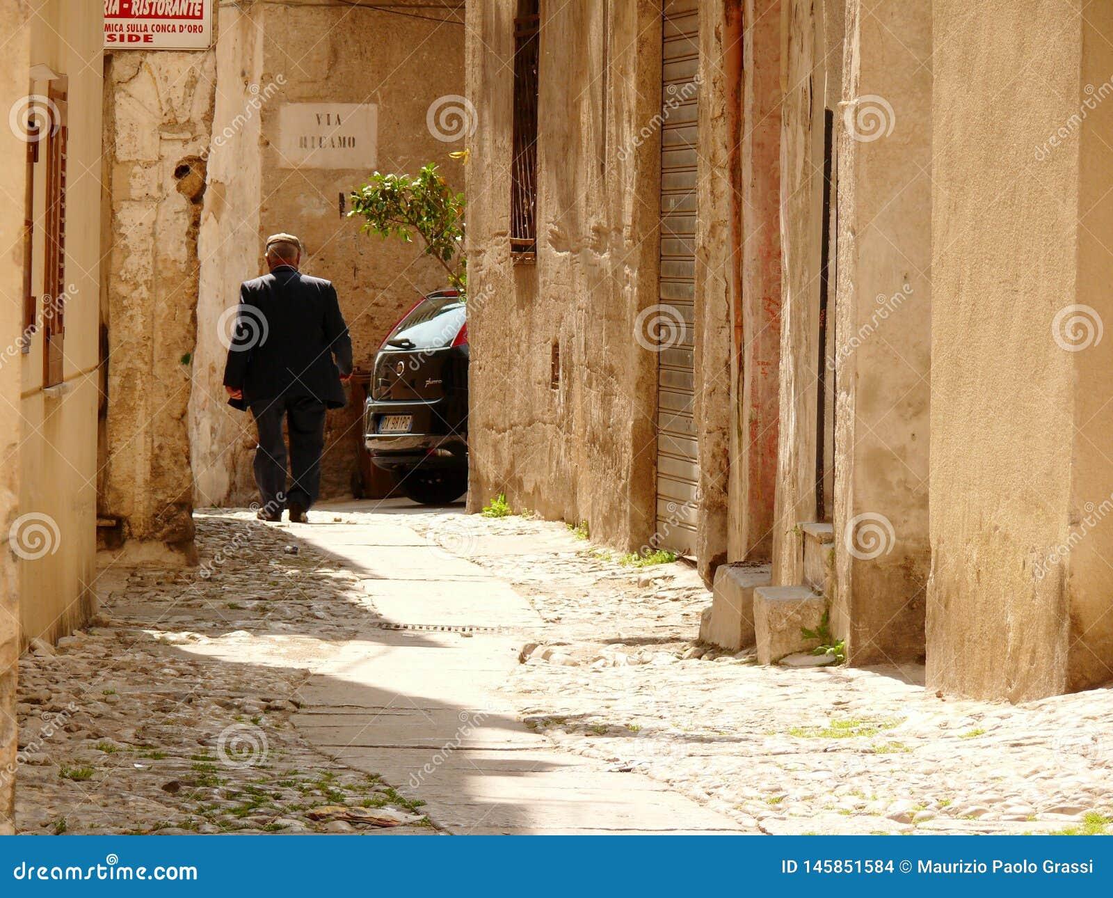 Παλέρμο, Σικελία, Ιταλία 11/04/2010 Σισιλιάνοι περίπατοι σε έναν μικρό