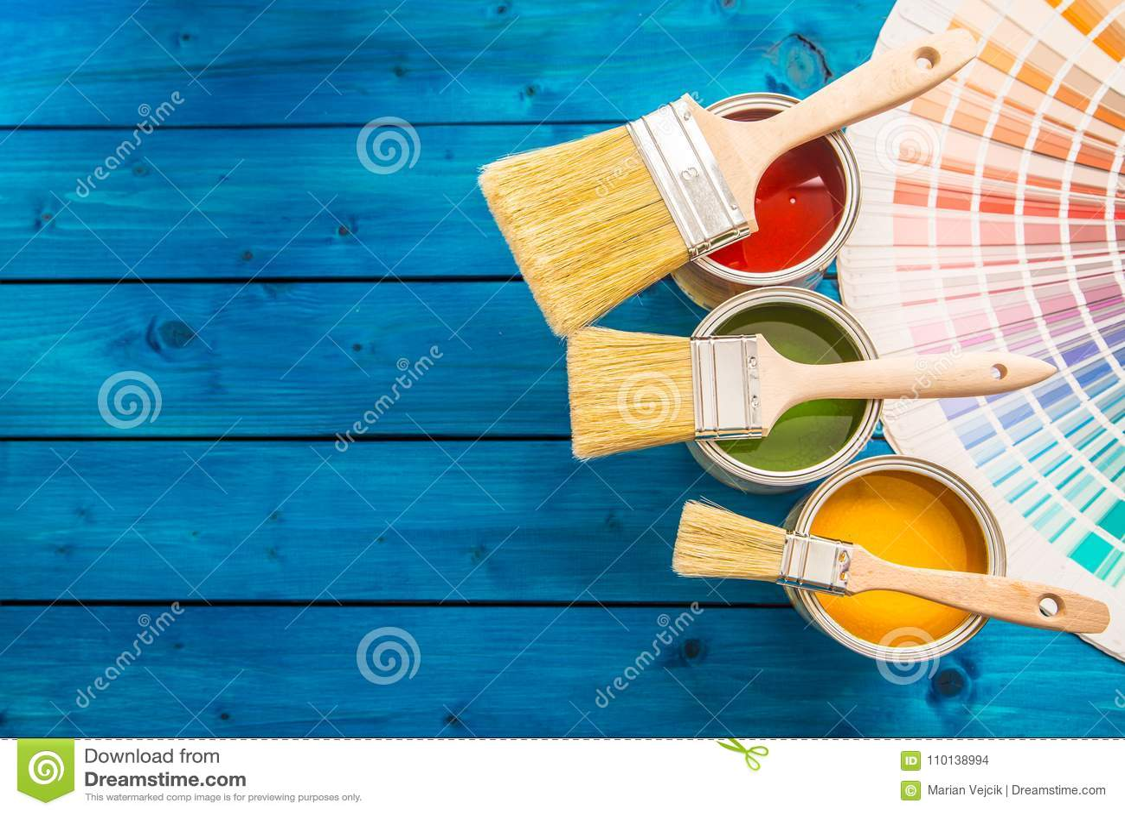 Παλέτα χρώματος δοχείων χρωμάτων, δοχεία που ανοίγουν με τις βούρτσες στον μπλε πίνακα