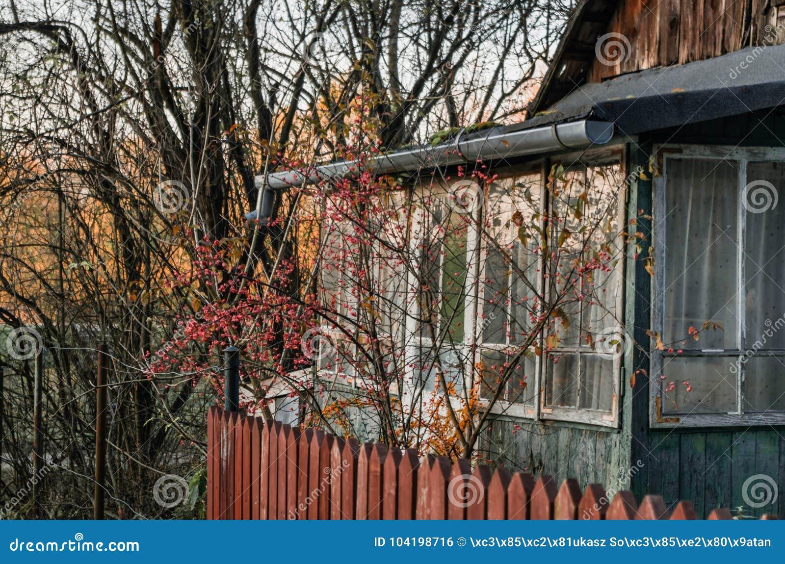 Παλαιά αγροτική είσοδος βεραντών σπιτιών στο εκλεκτής ποιότητας σπίτι με το κόκκινο ξύλο