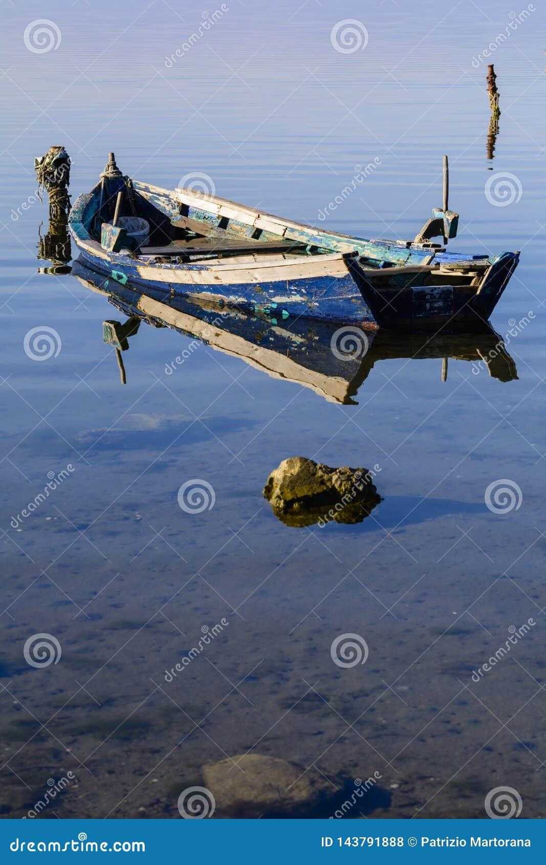 Παλαιά αλιευτικά σκάφη με τα φωτεινά χρώματα στην αυγή στη λίμνη