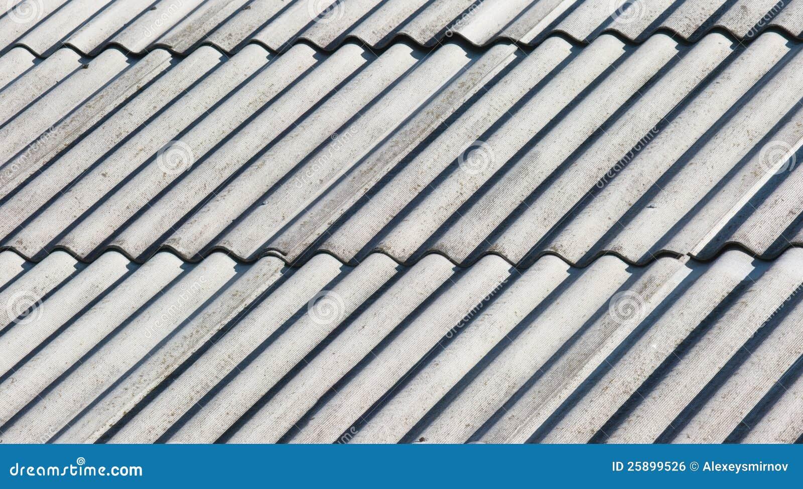 Παλαιά γκρίζα στέγη αμιάντων