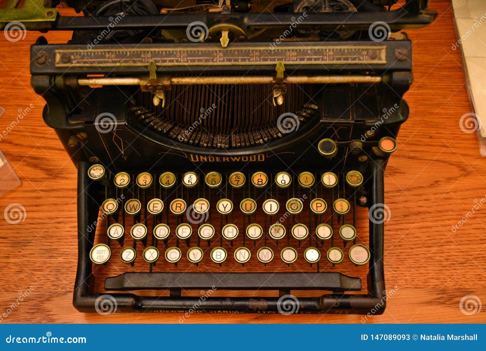 Παλαιά γραφομηχανή Underwood σε καλή λειτουργία Το Underwood παρήγαγε τι θεωρείται πρώτος ευρέως επιτυχής, σύγχρονος τύπος