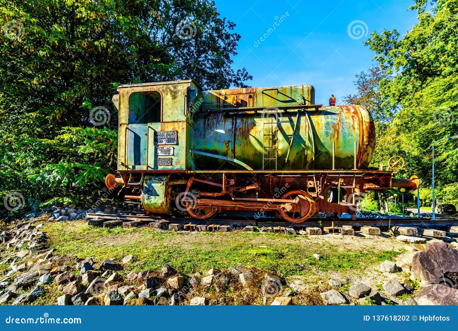Παλαιά και σκουριασμένη ατμομηχανή ατμού