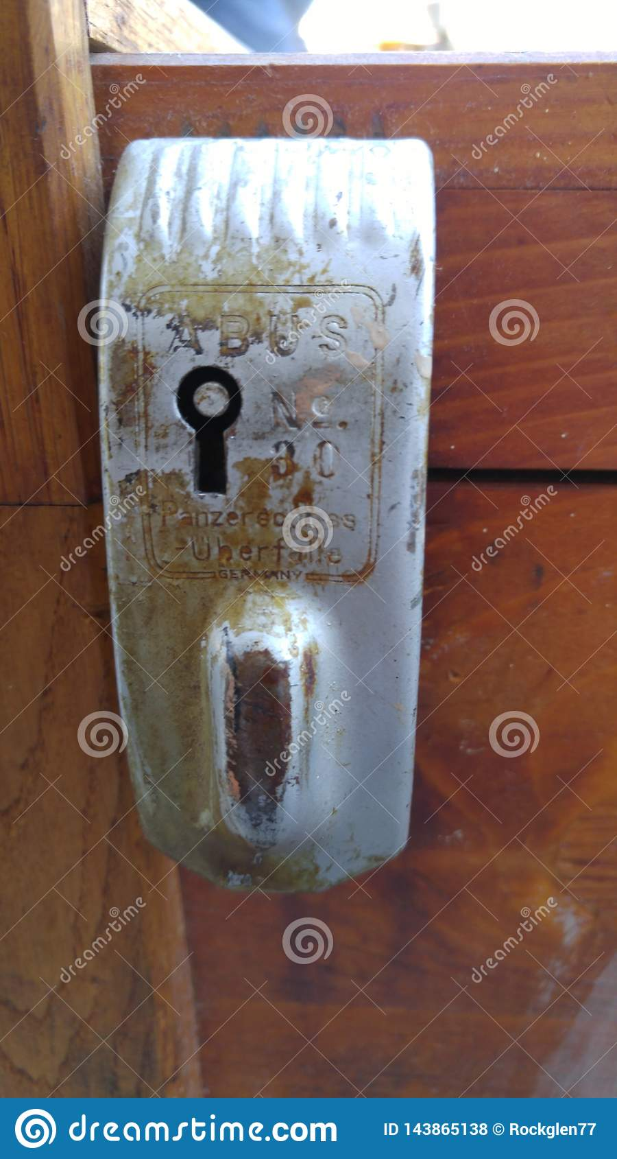 Παλαιά κλειδαριά κλουβιών αποσκευών