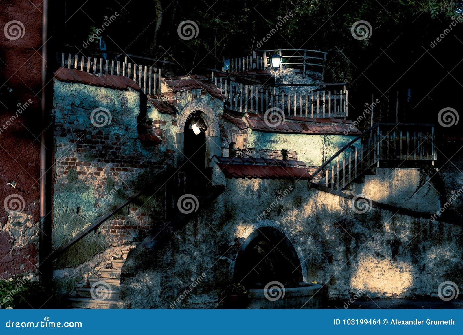 Παλαιά πρόσοψη και σκαλοπάτια κατωφλιών