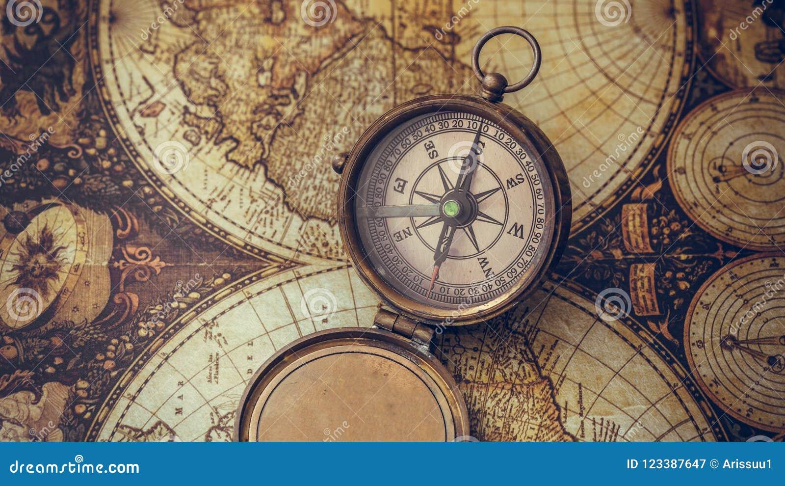 Παλαιά πυξίδα στο χάρτη Παλαιών Κόσμων