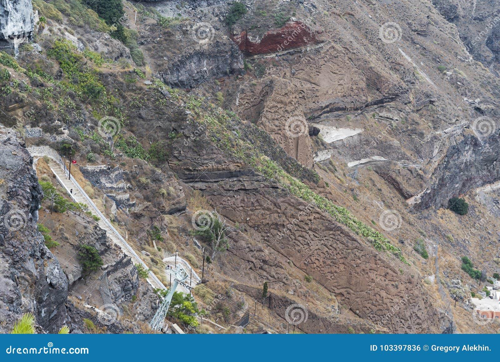 Παλαιά σκαλοπάτια σε Santorini στον παλαιό λιμένα
