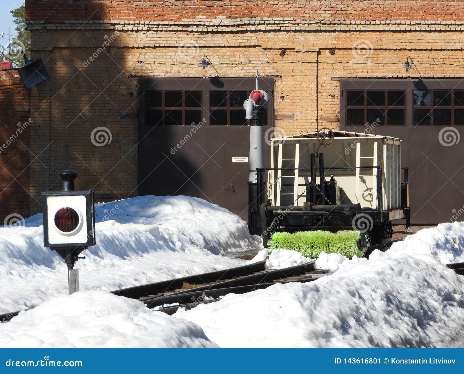 Παλαιά στενή κινηματογράφηση σε πρώτο πλάνο σιδηροδρόμων μετρητών το χειμώνα