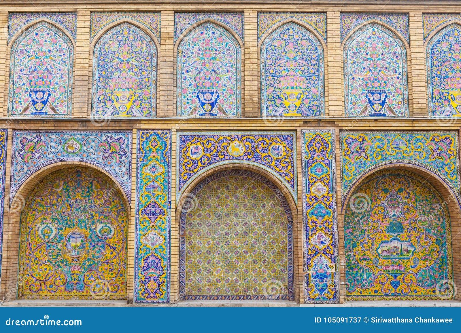 Παλαιά όμορφη ζωγραφική μωσαϊκών στον τοίχο στο παλάτι Golestan, Ιράν
